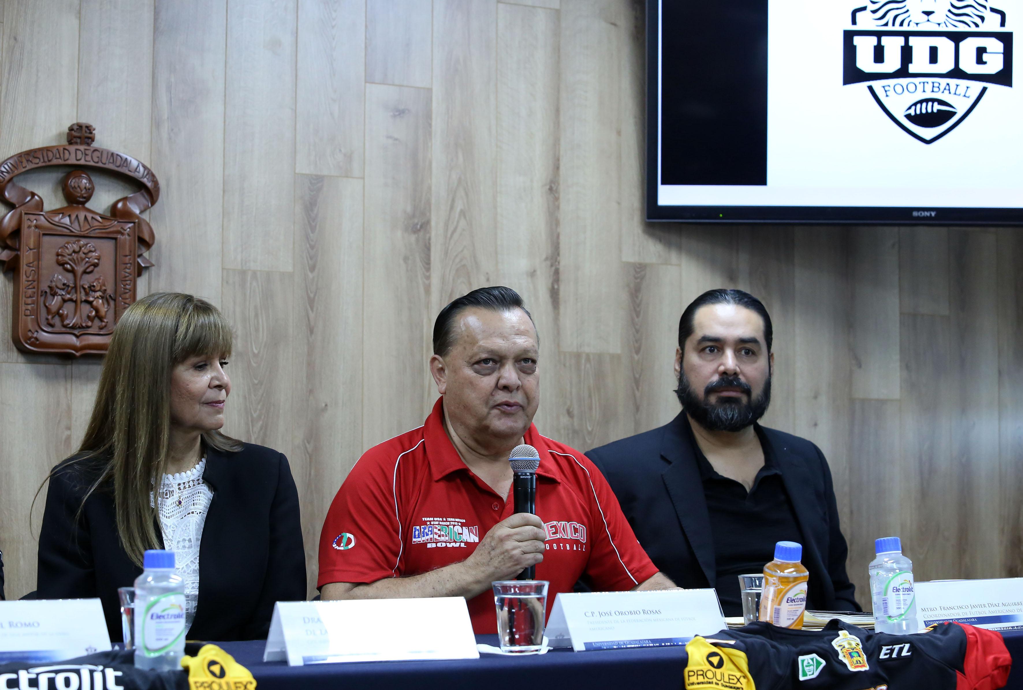 Presidente de la Federación Mexicana de Futbol Americano, licenciado José Orobio Rosas, haciendo uso de la palabra en rueda de prensa