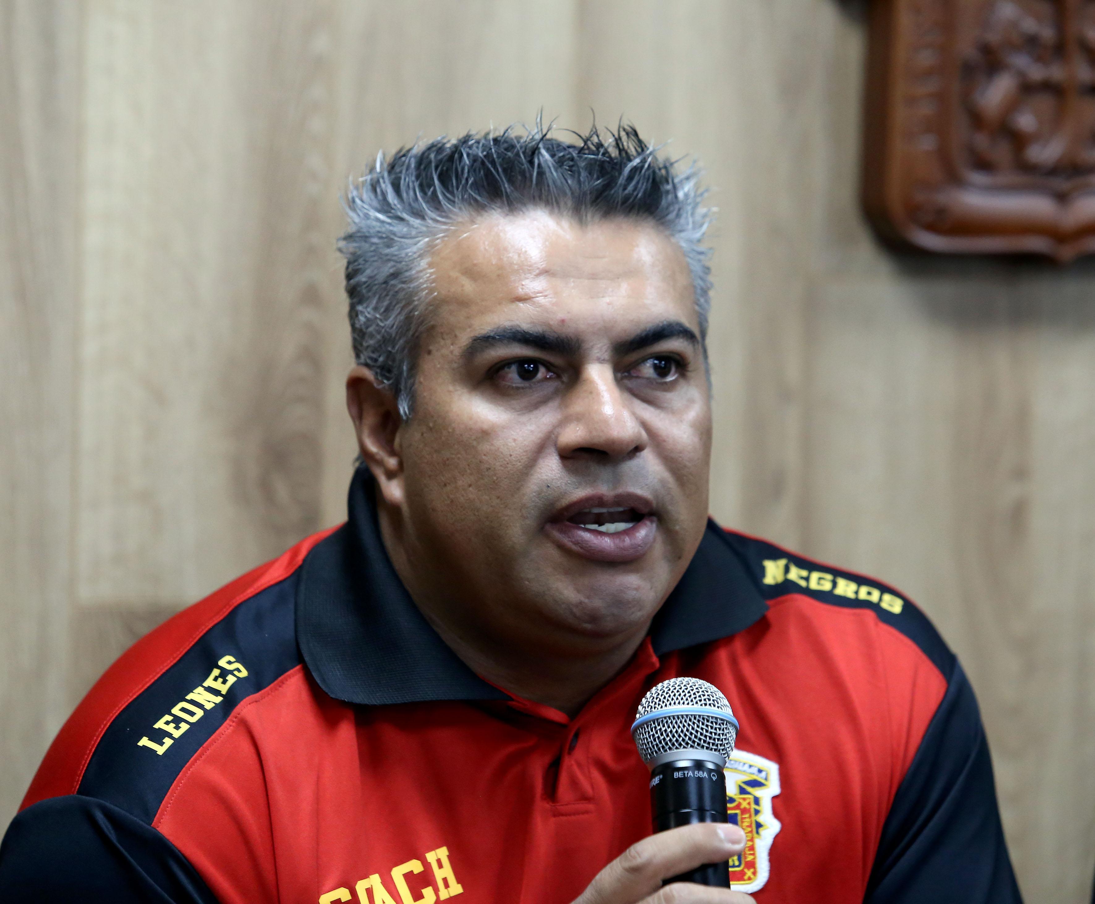 entrenador en jefe de los Leones Negros, Arturo Esquivel, haciendo uso de la palabra en rueda de prensa