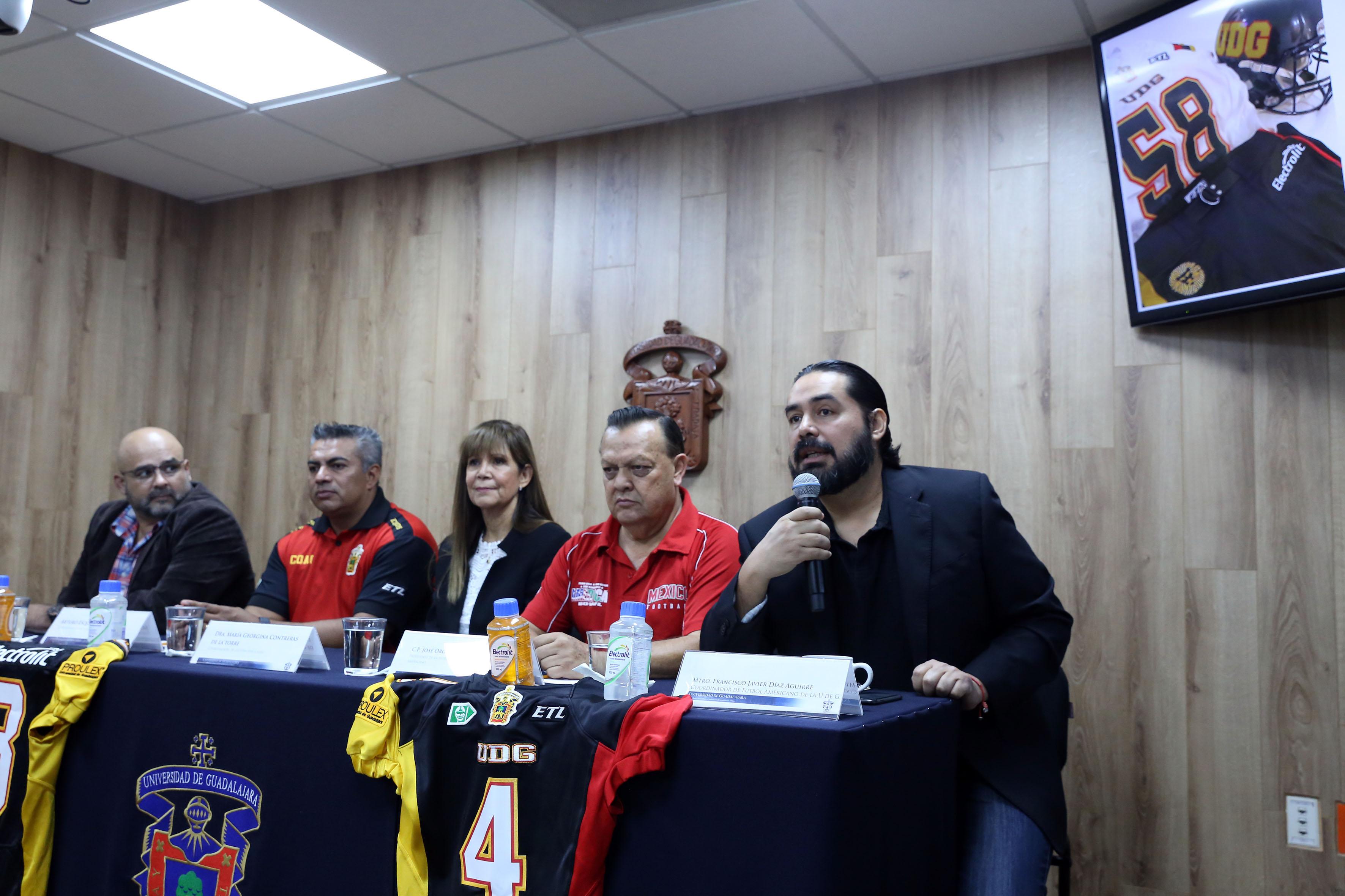 Encargado del proyecto de futbol americano licenciado Francisco Díaz Aguirre, haciendo uso de la palabra