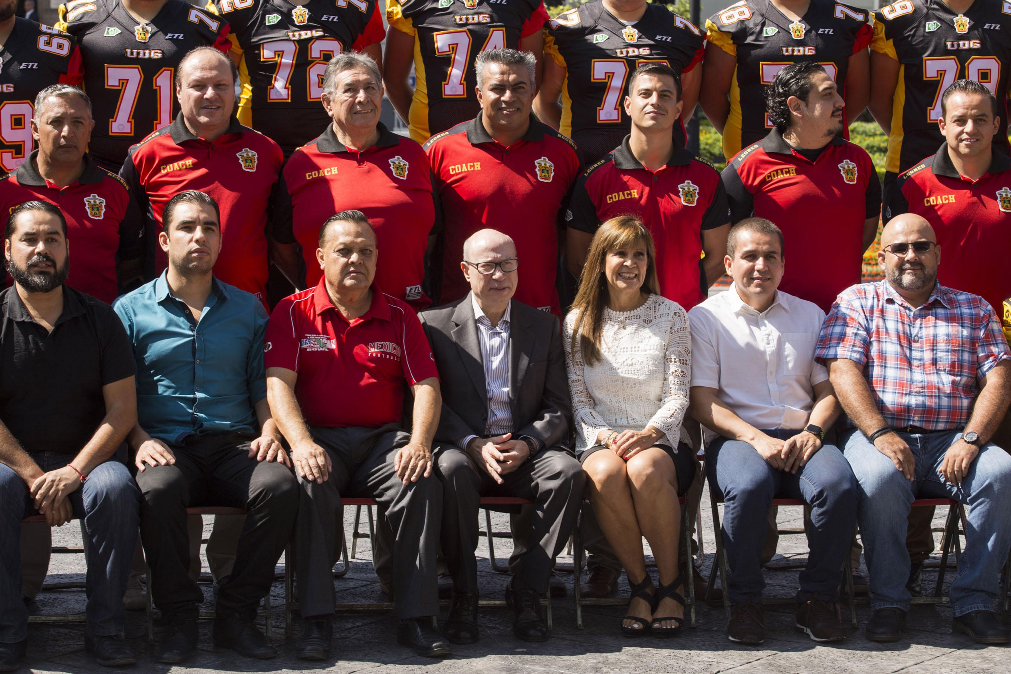 Autoridades universitarias tomándose la fotografía oficial del equipo de los Leones Negros de la Universidad de Guadalajara