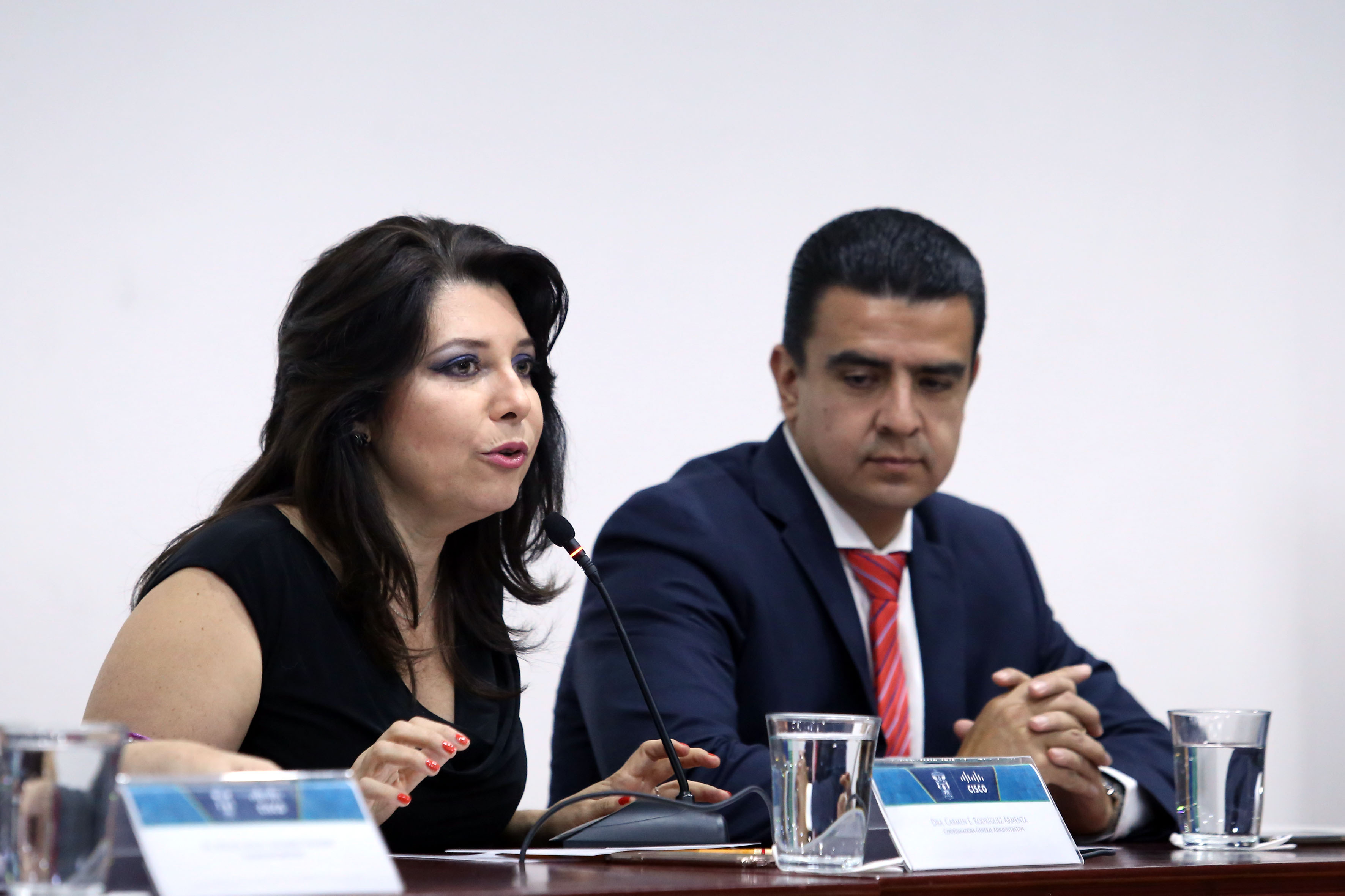 Doctora Carmen Enedina Rodríguez Armenta, titular de la Coordinación General Administrativa de la UdeG, haciendo uso de la palabra en acto inagural del evento.