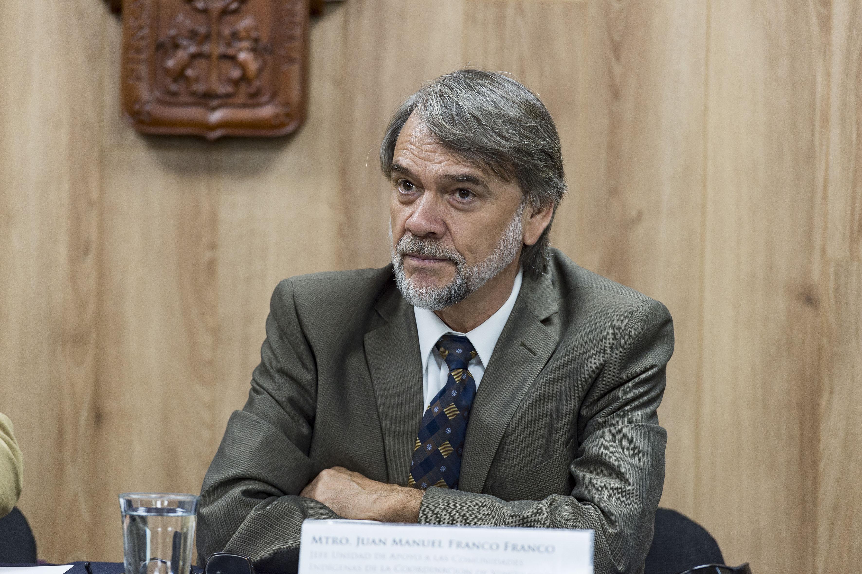Jefe de la UACI, maestro Juan Manuel Franco Franco, participando en rueda de prensa