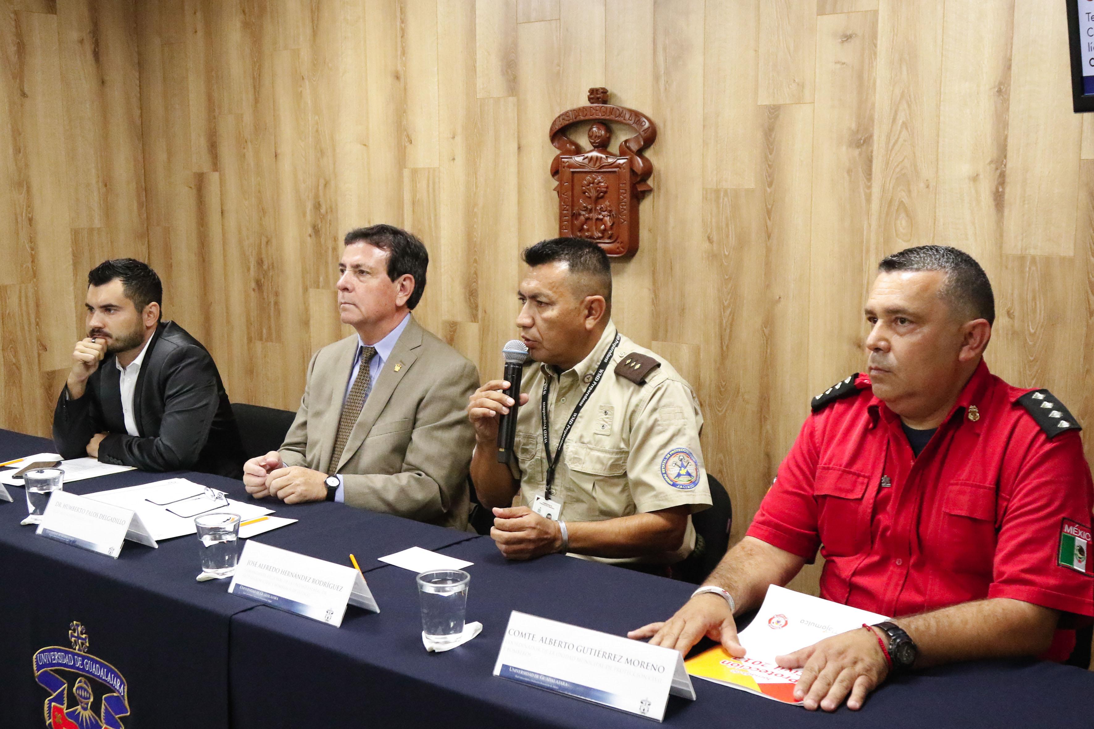 Comandante regional de la Unidad Estatal de Protección Civil y Bomberos de Jalisco, José Alfredo Hernández Rodríguez participando en rueda de prensa, haciendo uso de la palabra