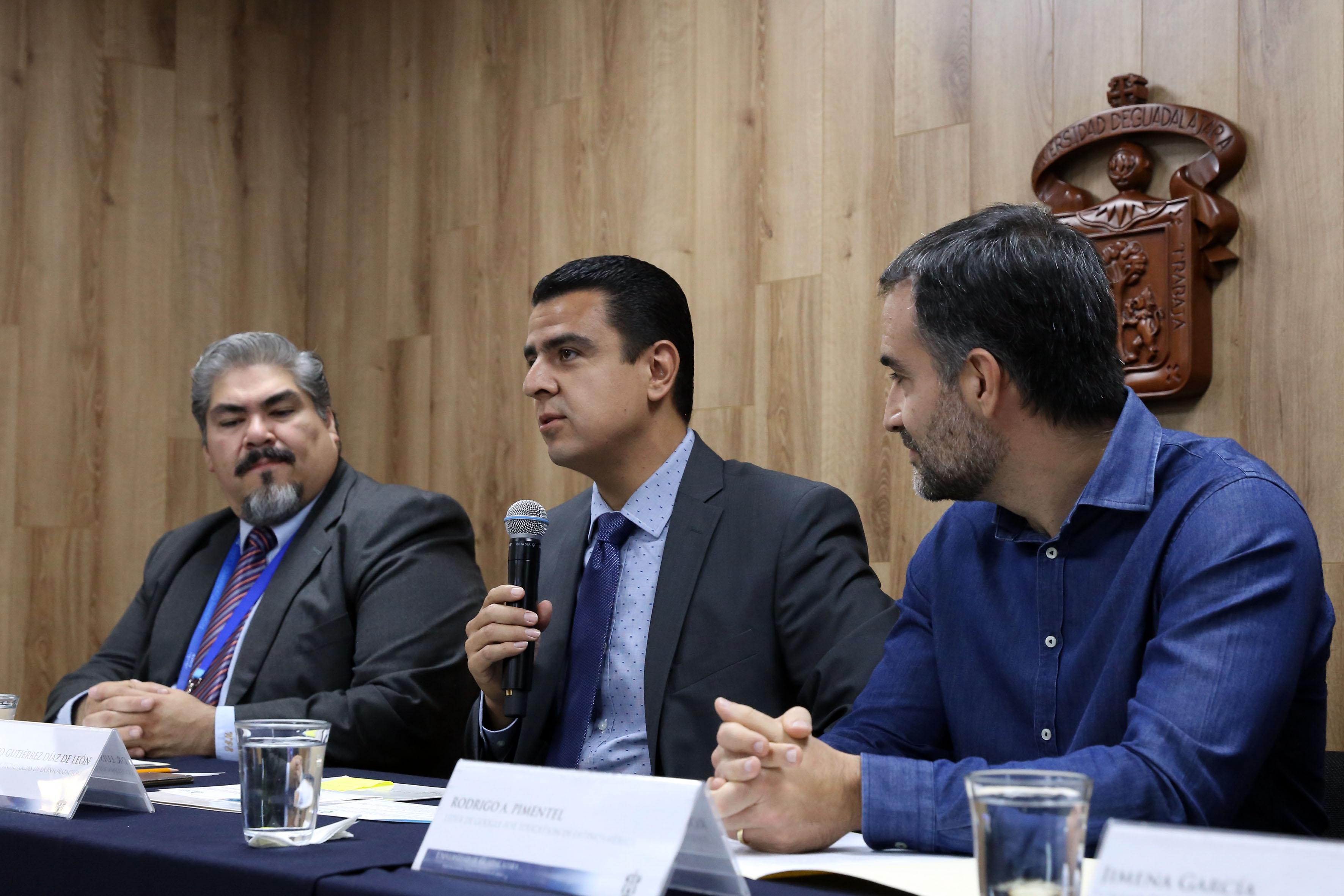 Doctor Luis Alberto Gutiérrez Díaz de León, titular de la Coordinación General de Tecnologías de Información, con micrófono en mano, haciendo uso de la palabra, durante rueda de prensa.