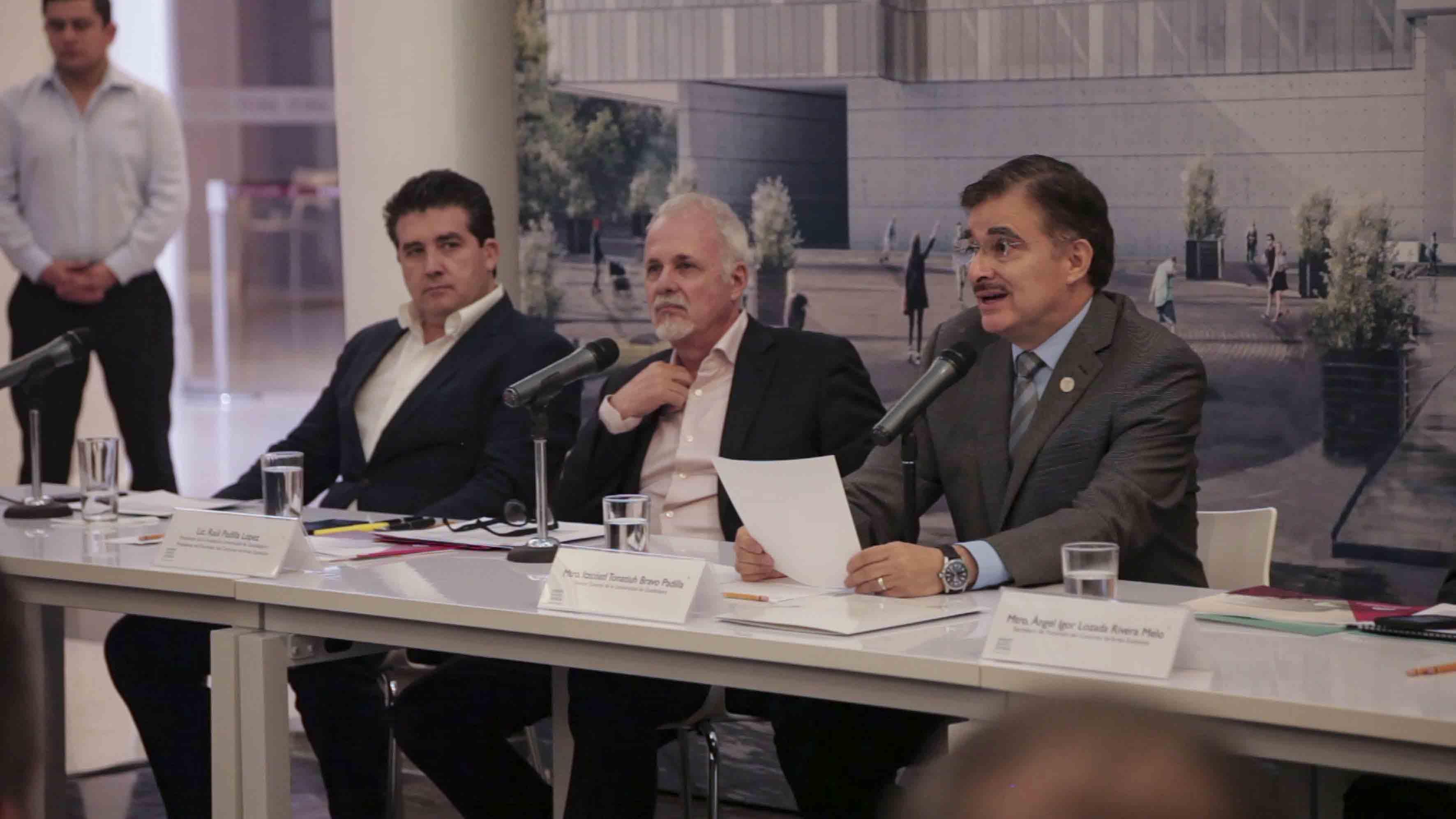 Rector General de la Universidad de Guadalajara, maestro Itzcóatl Tonatiuh Bravo Padilla, haciendo uso de la palabra.