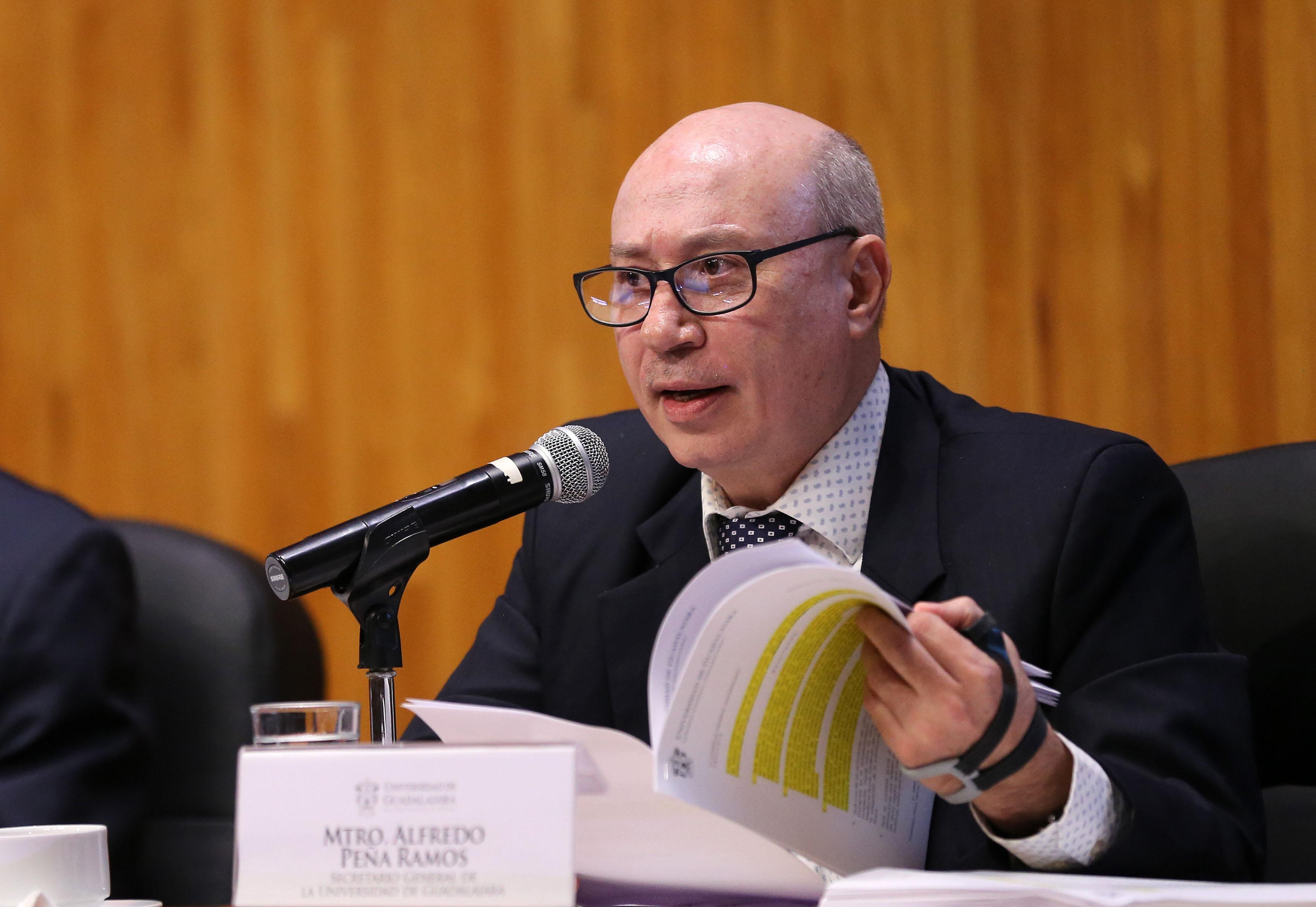 Mtro. Alfredo Peña Ramos participando en sesión extraordinaria