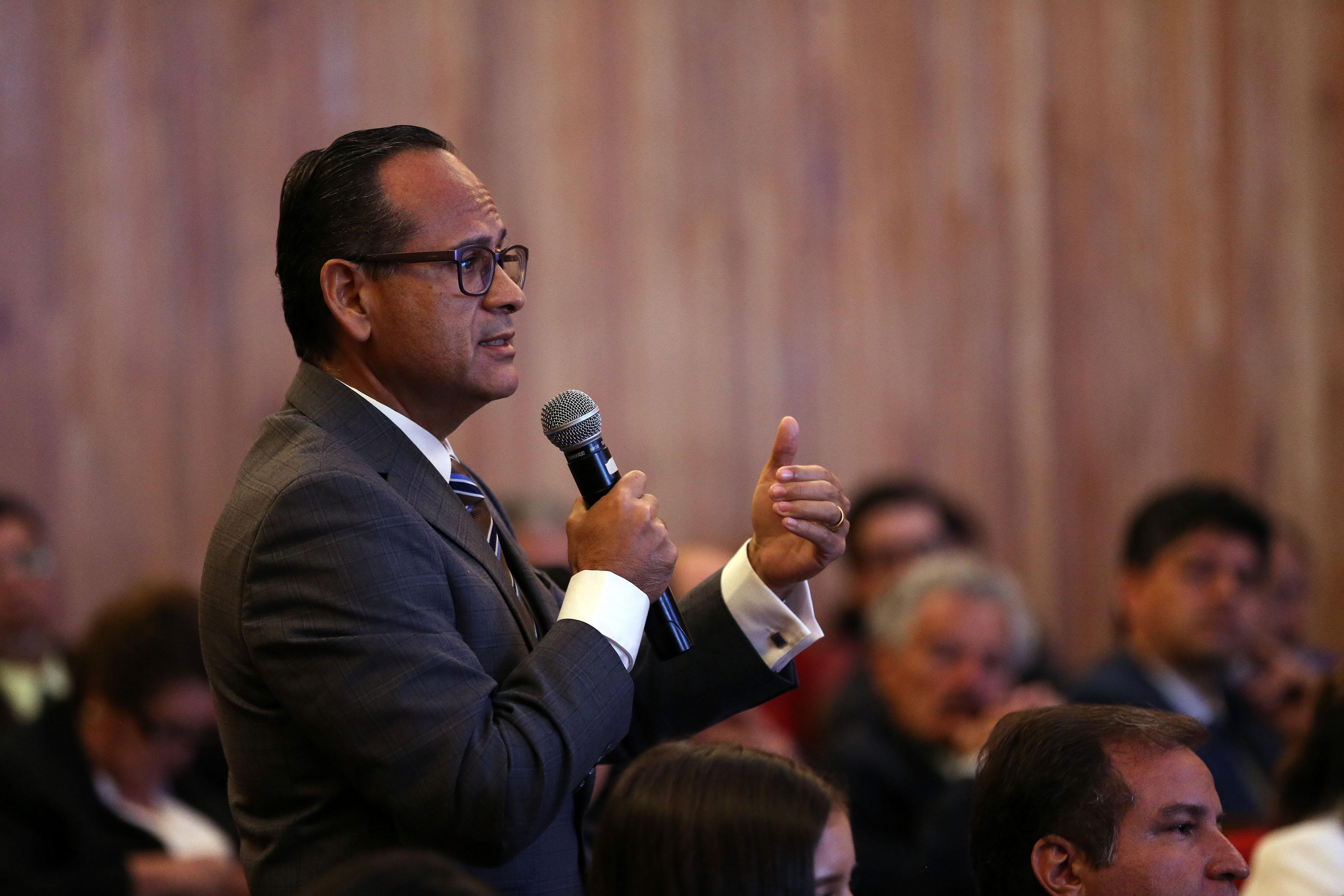 Dr. Héctor Raúl Pérez Gómez haciendo uso de la palabra