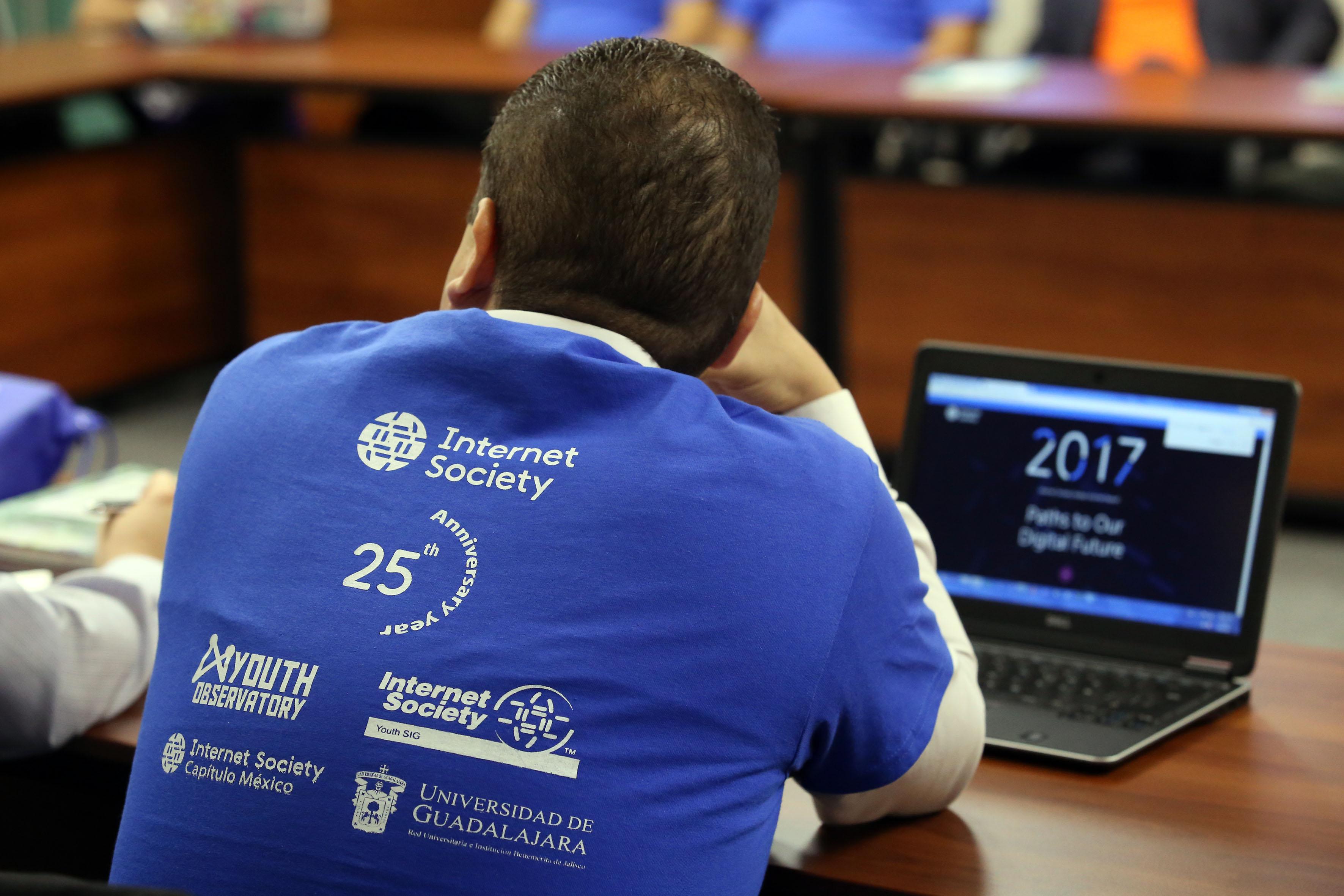 Jóven participante en el panel de la internet society llevada a cabo en instalaciones de la Rectoría.