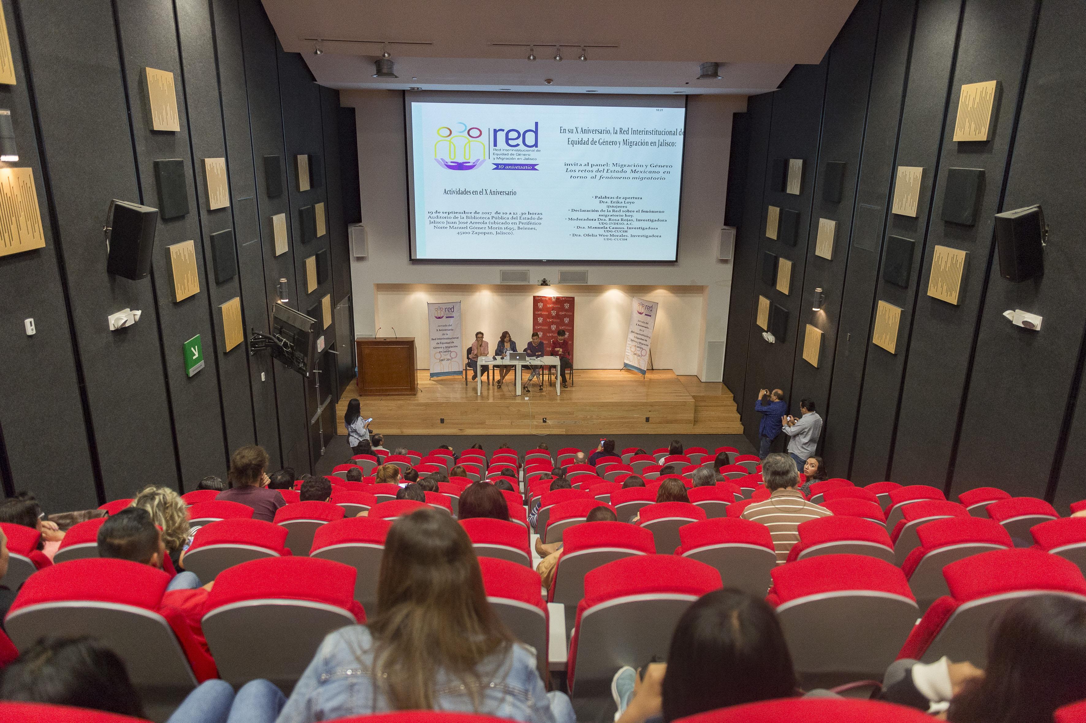 """Vista panorámica del auditorio """"Juan José Arreola"""" de la Biblioteca Pública del Estadotio donde fue desarrollado el panel de investigadoras de la UdeG, discutiendo sobre migración y género."""
