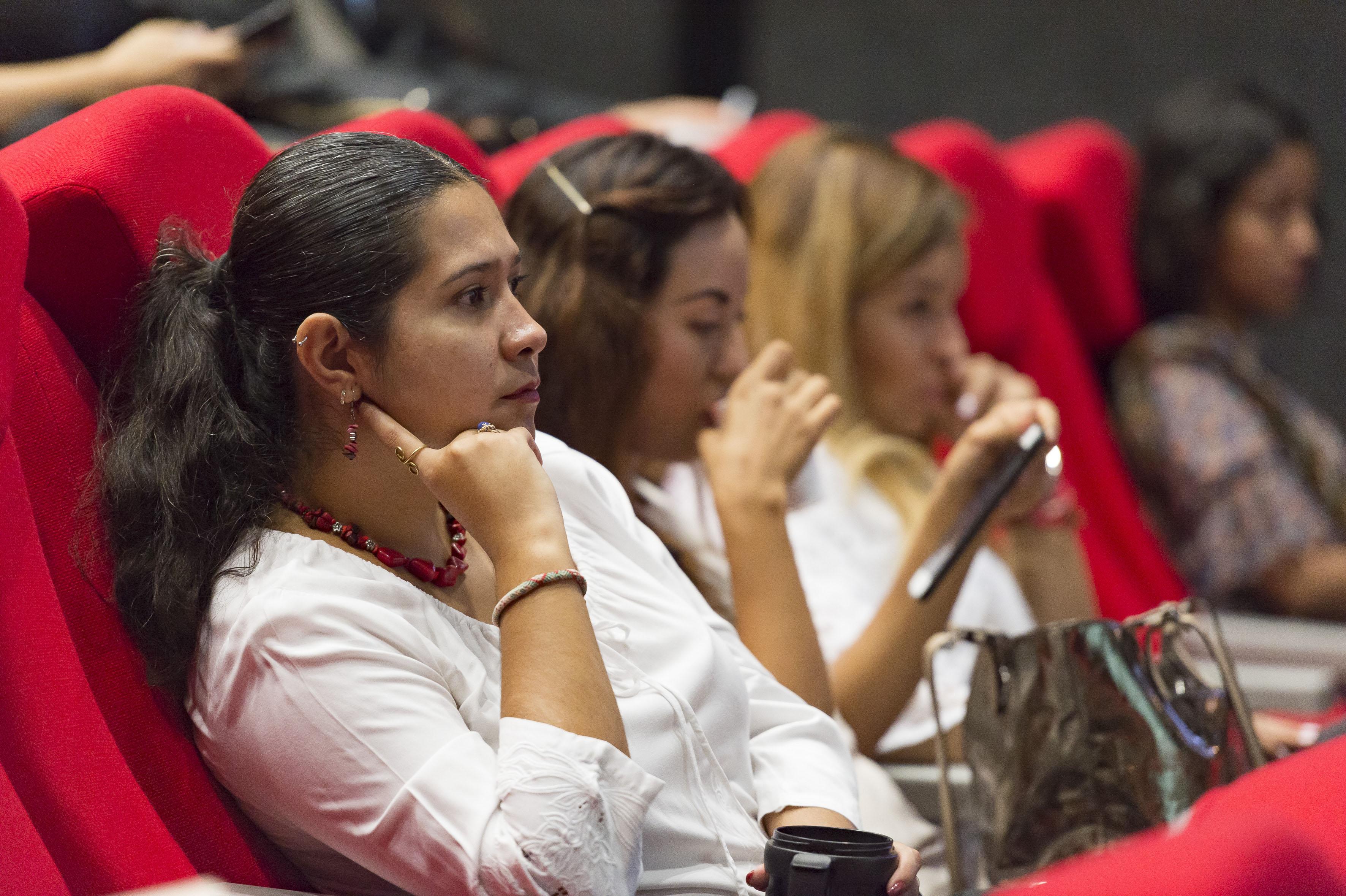 """Mujeres asistentes al panel """"Migración y género""""."""