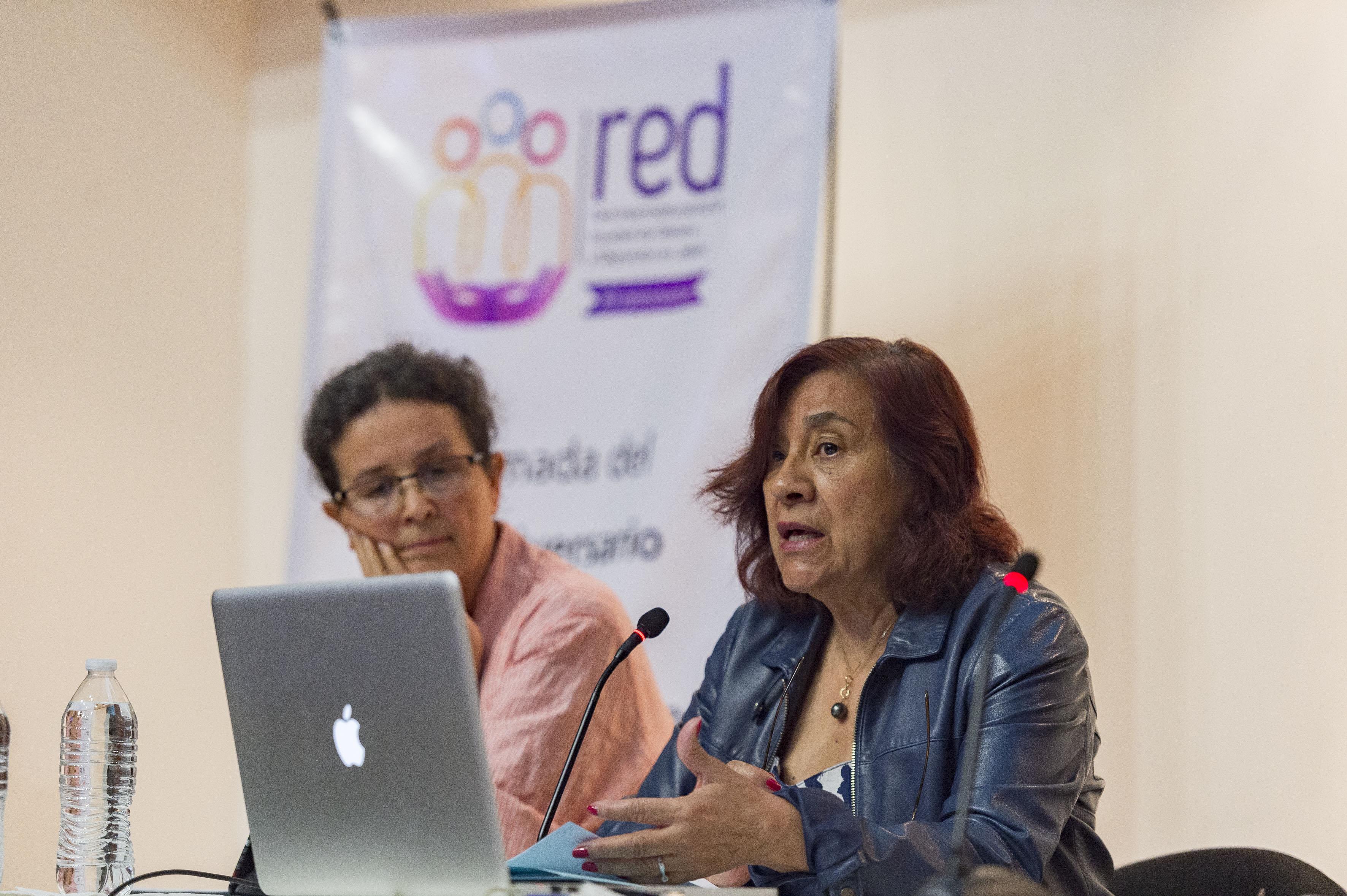 Doctora Rosa Rojas, investigadora del CUCEA, haciendo uso de la palabra, durante el desarrollo del panel