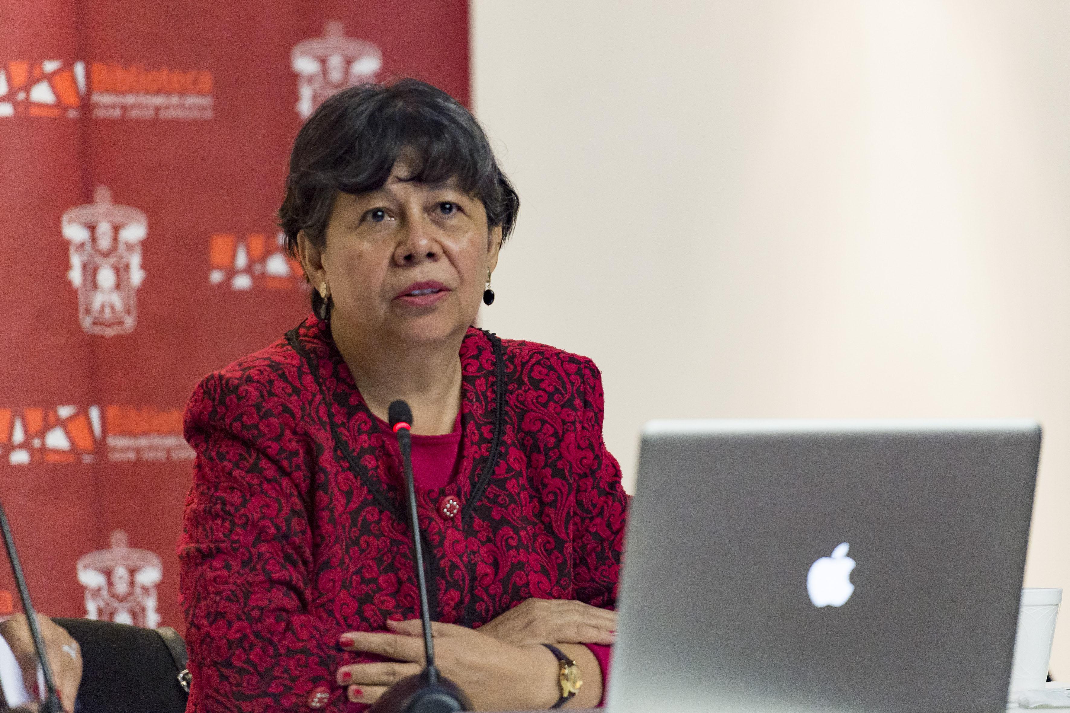 Doctora Ofelia Woo Morales, investigadora del Departamento de Estudios Socio Urbanos del Centro Universitario de Ciencias Sociales y Humanidades de la UdeG, haciendo uso de la palabra.