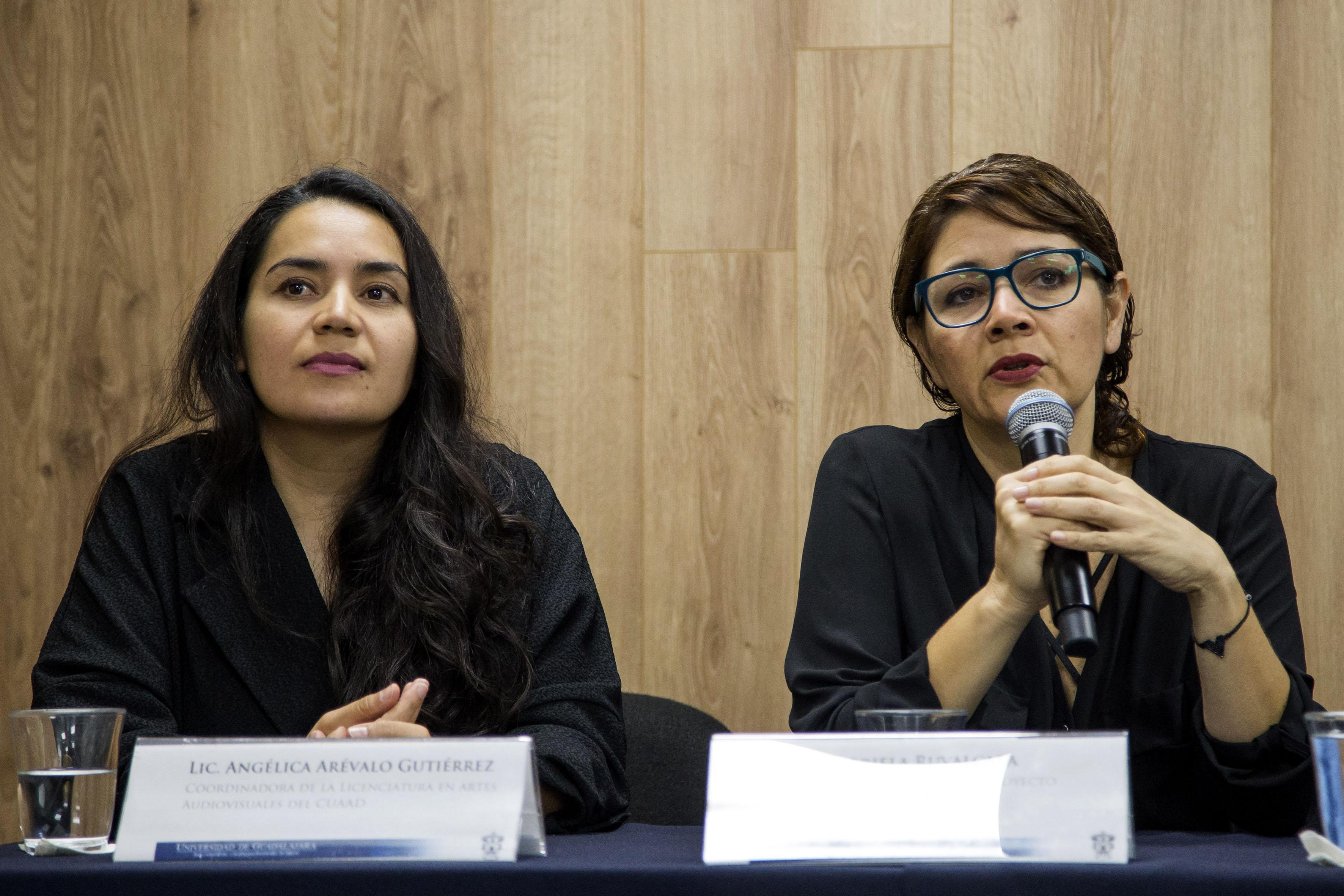 """La catedrática de """"Territorios interiores"""", licenciada Gabriela Ruvalcaba Rentería, haciendo uso de la palabra."""