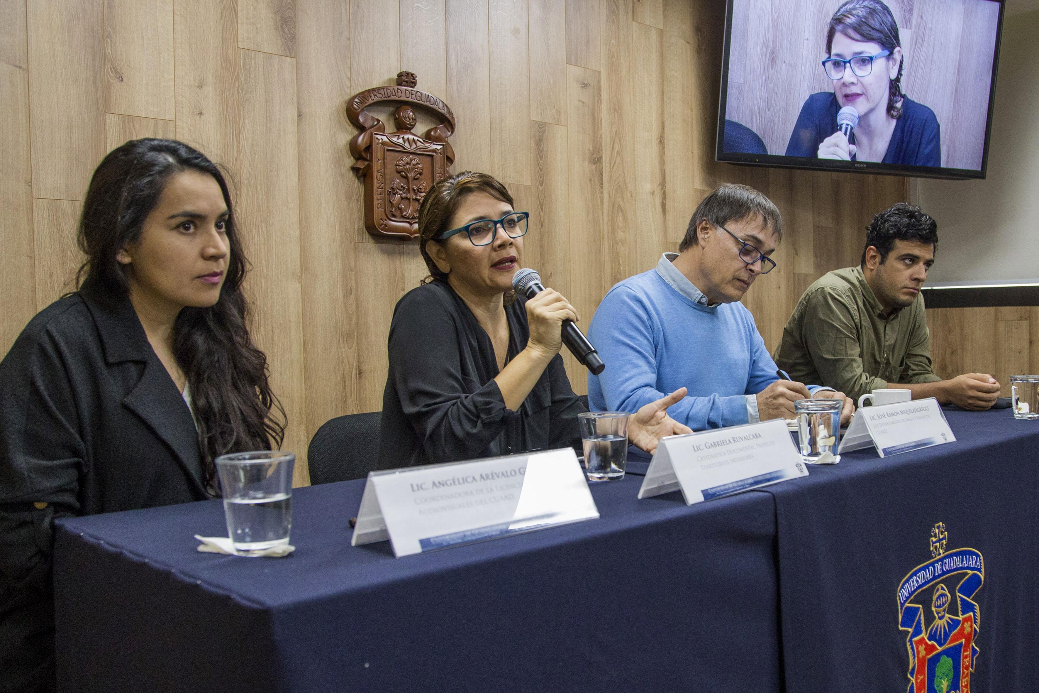 """La catedrática de """"Territorios interiores"""", licenciada Gabriela Ruvalcaba Rentería, haciendo uso de la palabra.."""