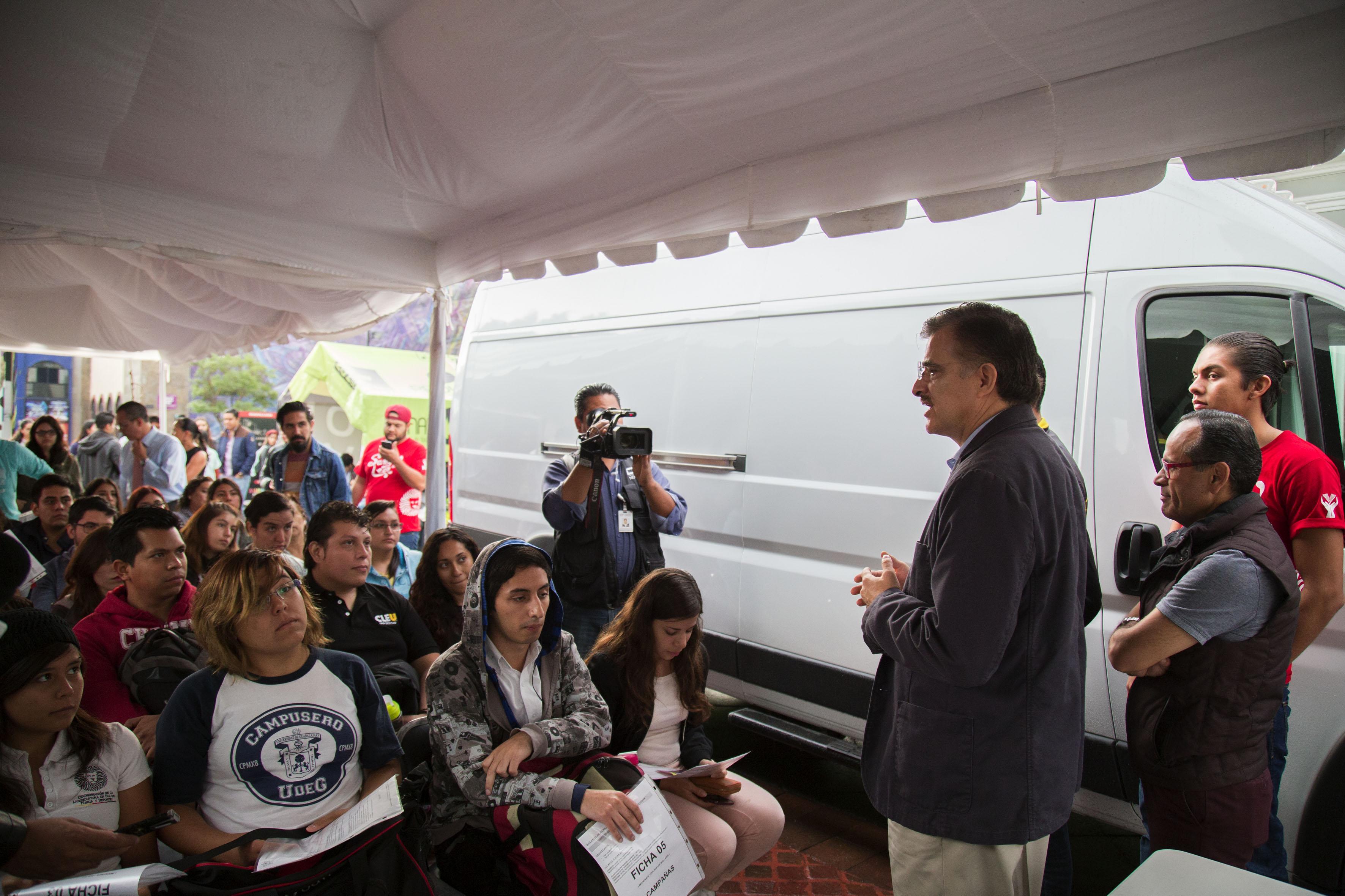 Rector General de la Universidad de Guadalajara (UdeG), maestro Itzcóatl Tonatiuh Bravo Padilla,platicando con las personas que fueron a donar sangre en el  Plan UdeG Emergencia Nacional