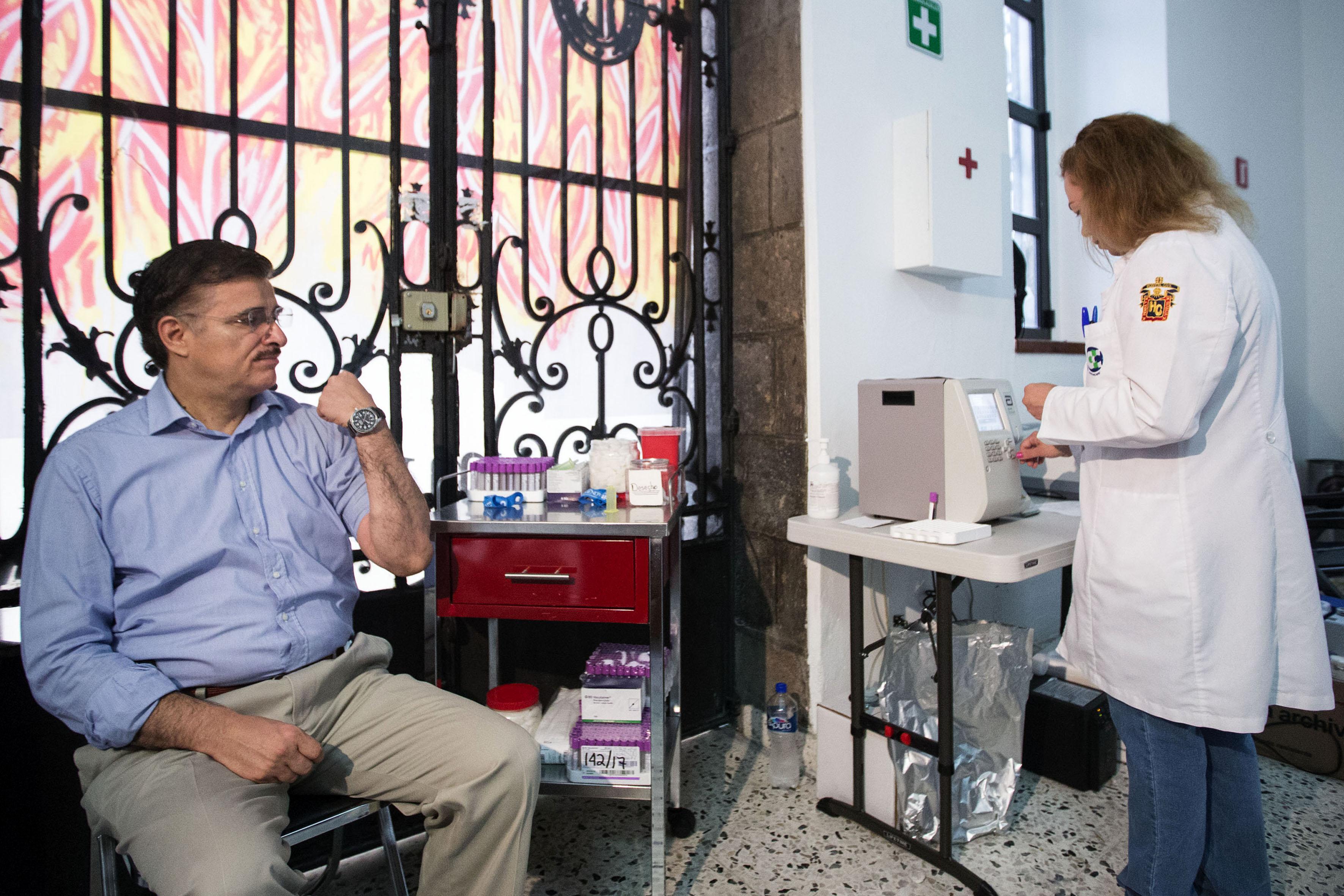 Rector General de la Universidad de Guadalajara (UdeG), maestro Itzcóatl Tonatiuh Bravo Padilla donando sangre