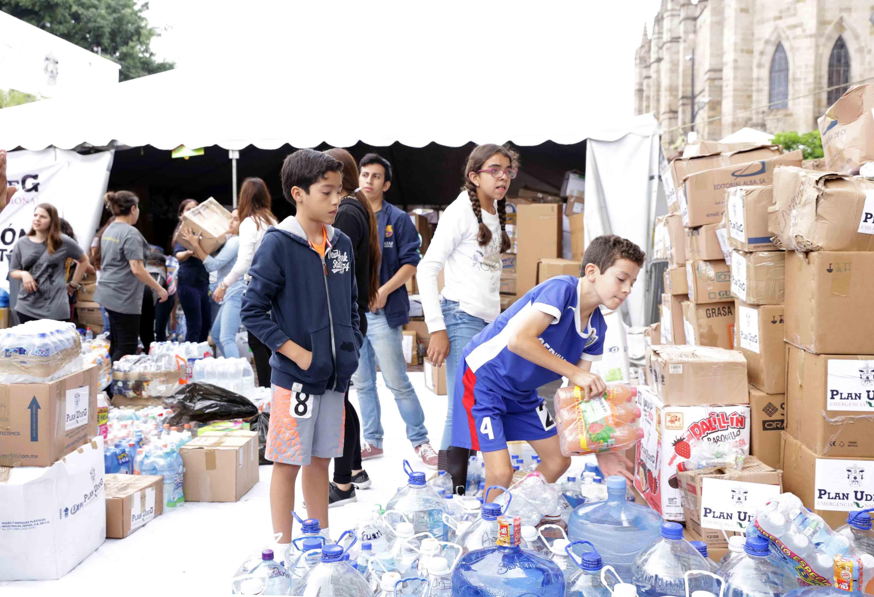 NIños participando en la clasificación de productos durante brigadas de recolección de víveres en el Rambla Cataluña.