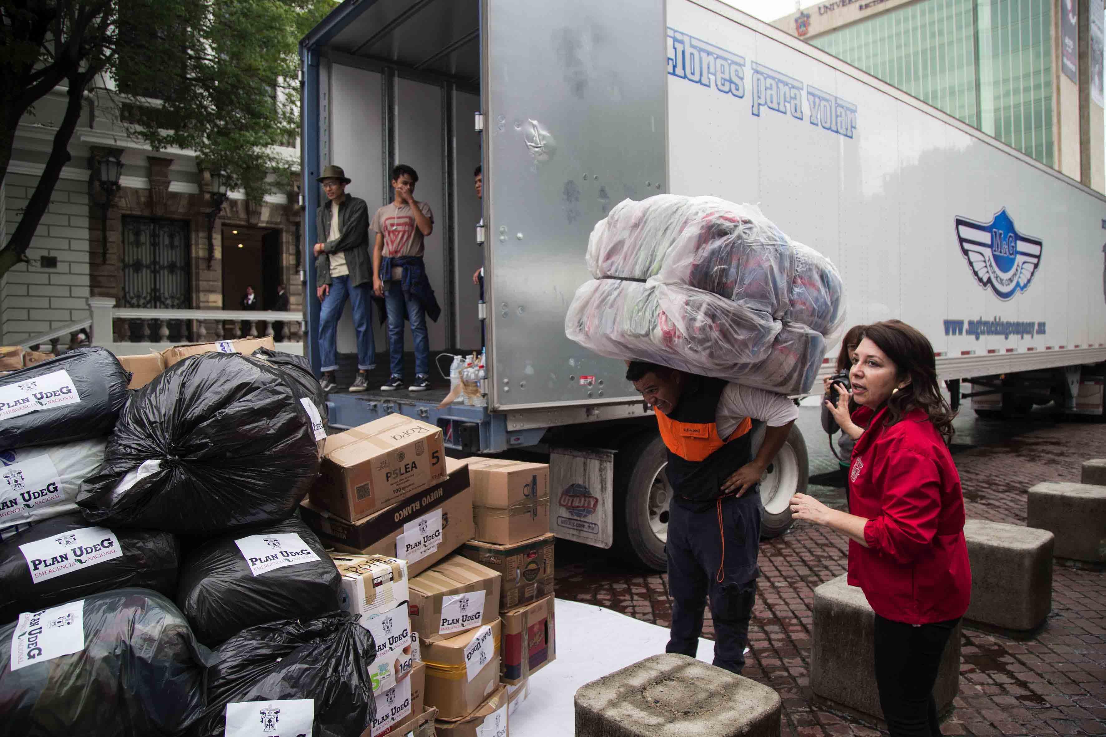 Titular de la Coordinación General Administrativa de la UdeG, participando en la carga de camión de téxtiles.