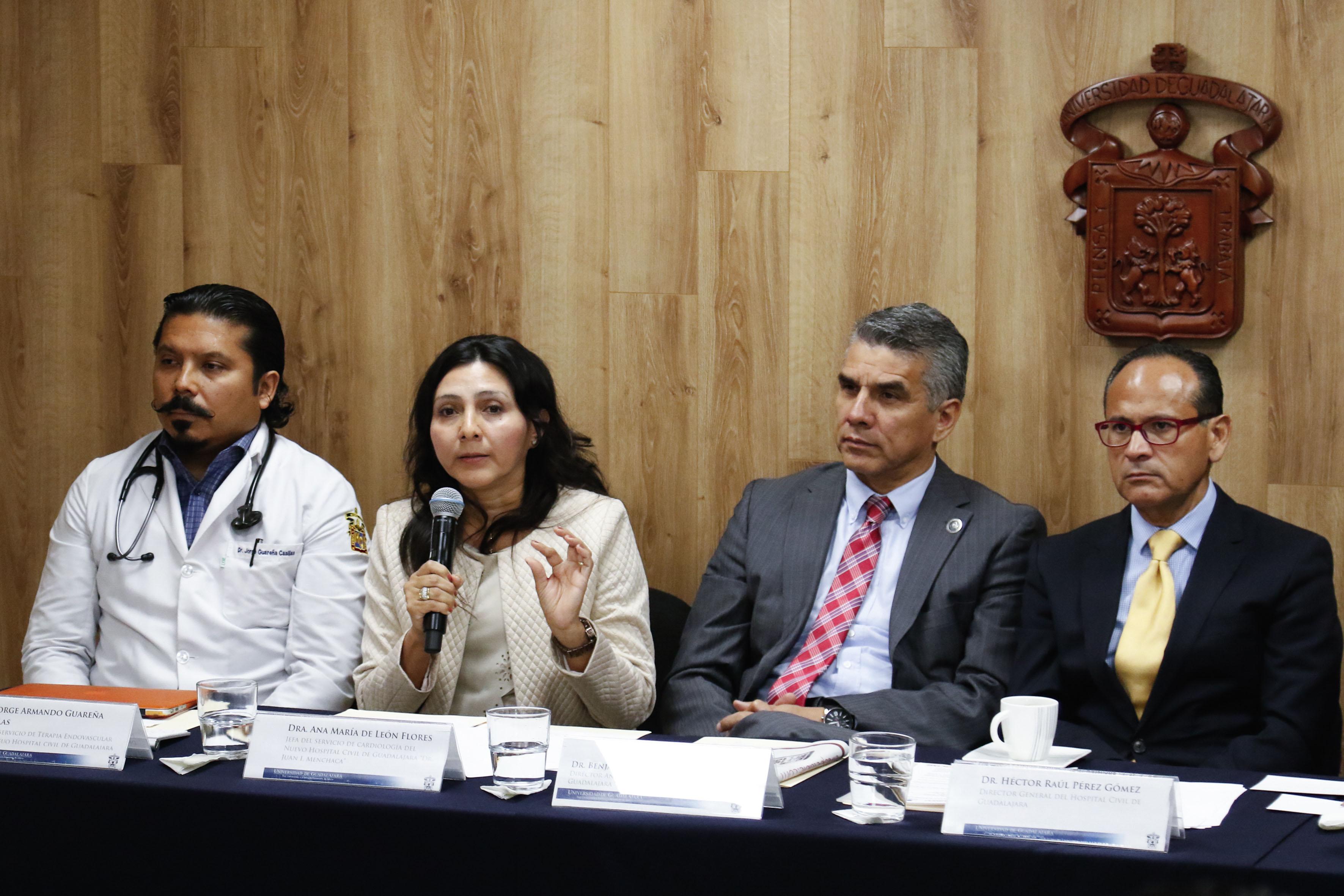 """Dra Ana María de León Flores, jefa del Servicio de Cardiología de la unidad """"Dr. Juan I. Menchaca"""", haciendo uso de la palabra"""