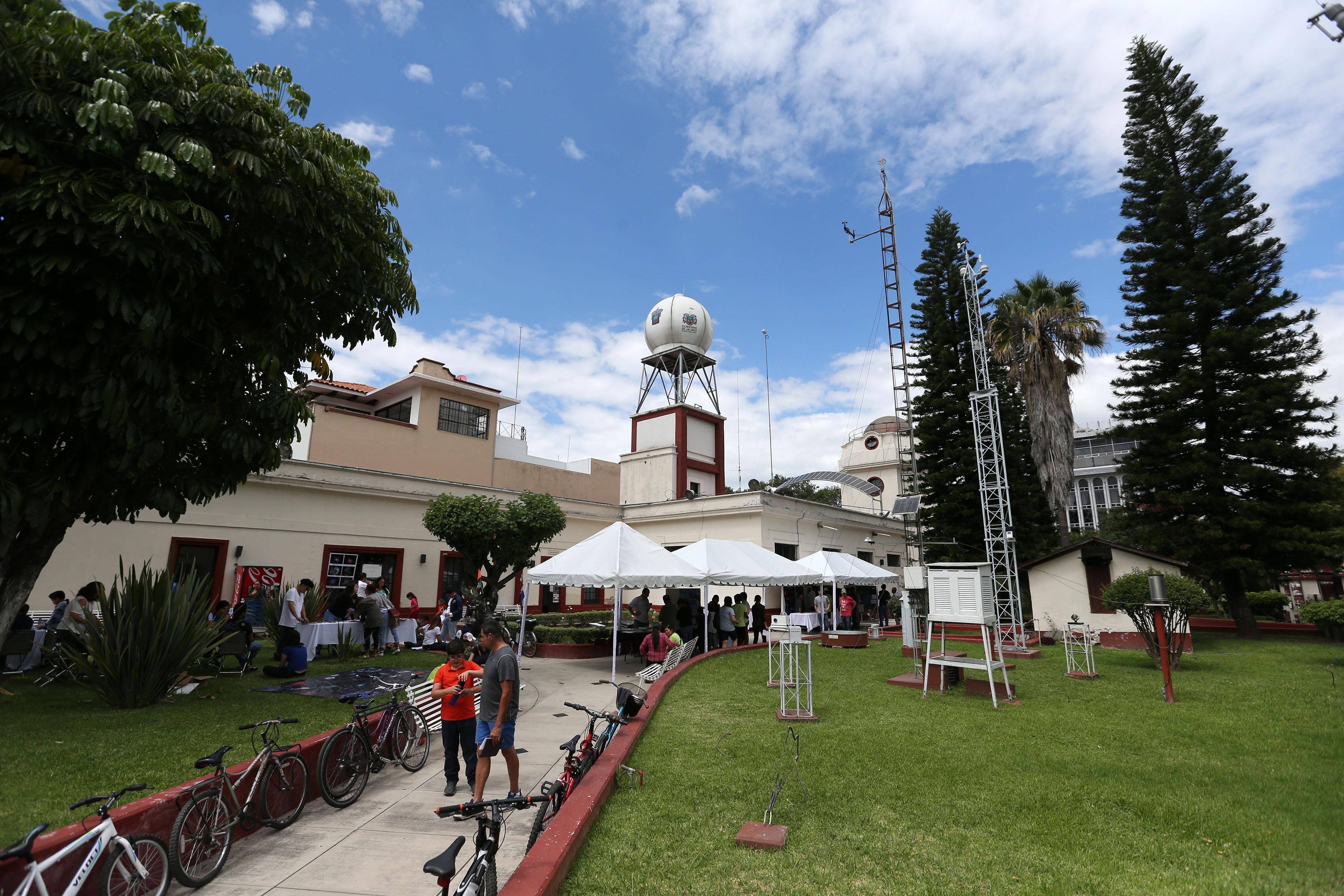 Exteriores y jardines del Instituto de Astronomía y Metereología (IAM) de la Universidad de Guadalajara, en donde se realizan talleres y diversas actividades durante la semana mundial del espacio y asisten niños, jóvenes y padres de familia al evento.