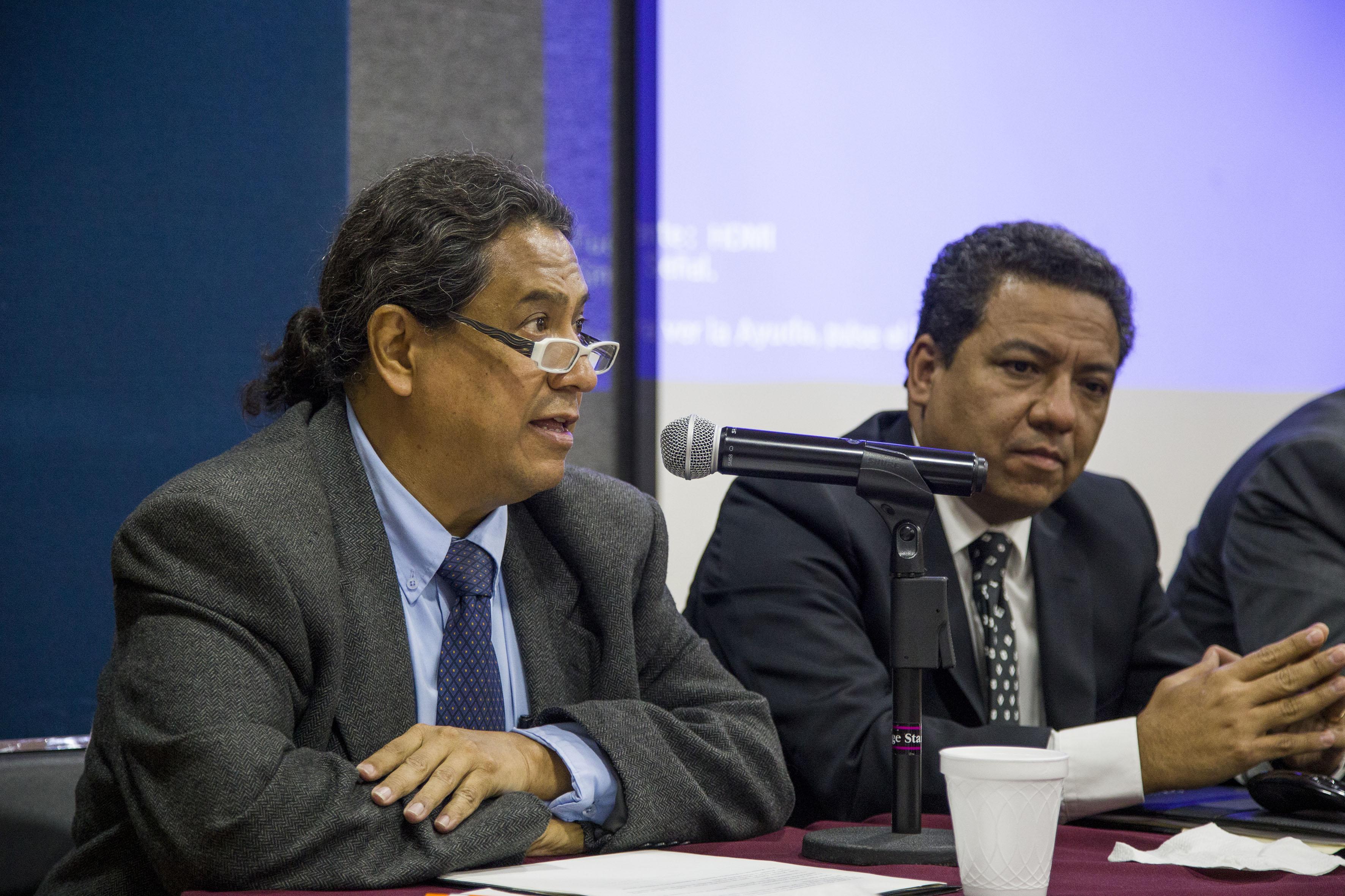 Doctor Enrique Bautista González, cronista de la Preparatoria de Jalisco, haciendo uso de la palabra durante el foro de discusión.