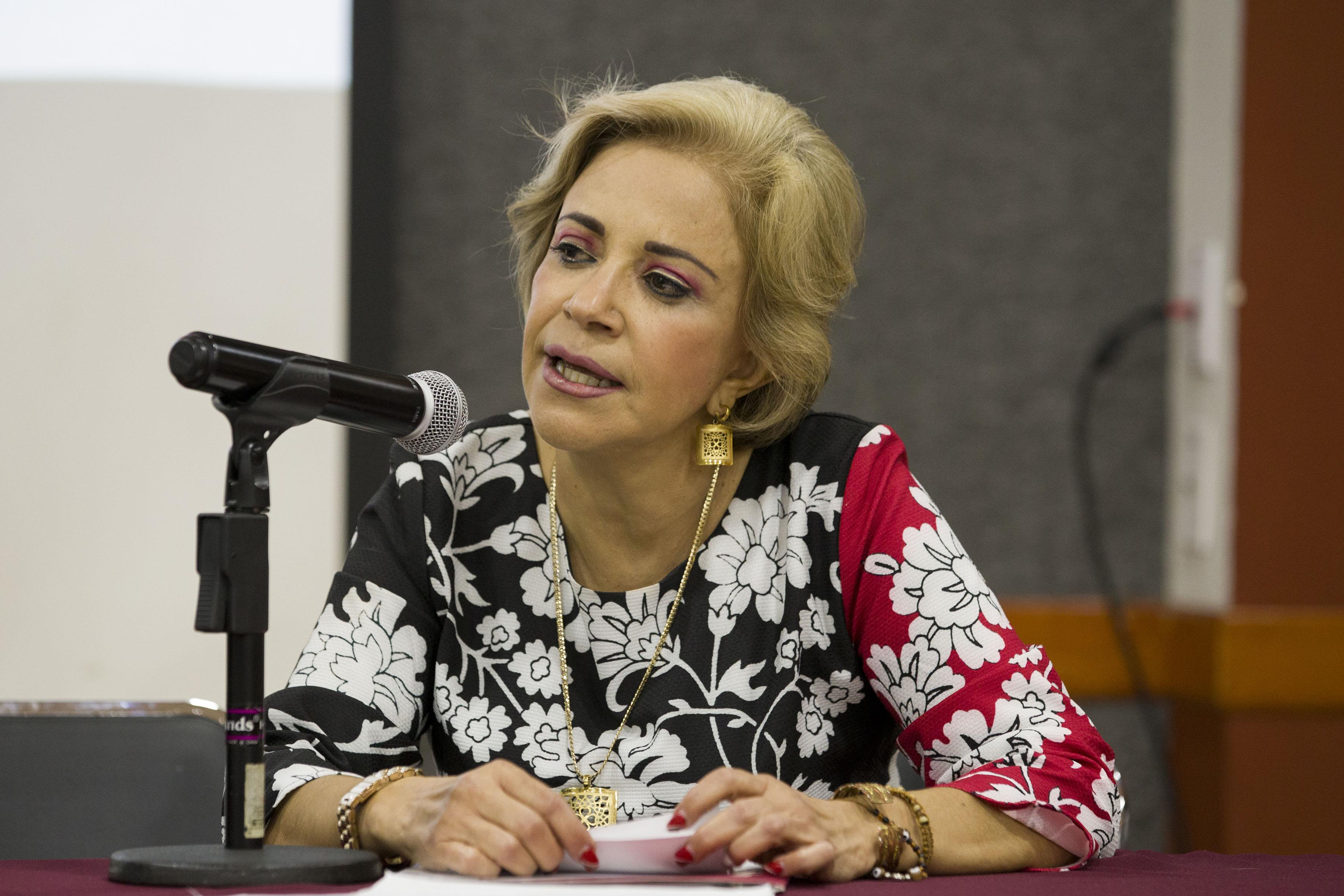 Maestra María Dolores Lomelí Urquieta, Directora de la Preparatoria 15, haciendo uso de la palabra durante foro de discusión.