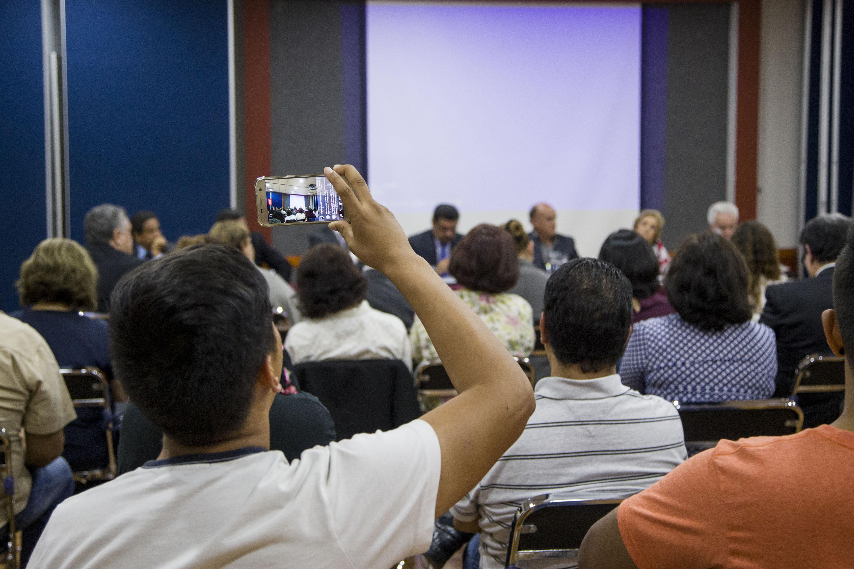 Vista panorámica de los asistentes y panelistas participantes en el evento.
