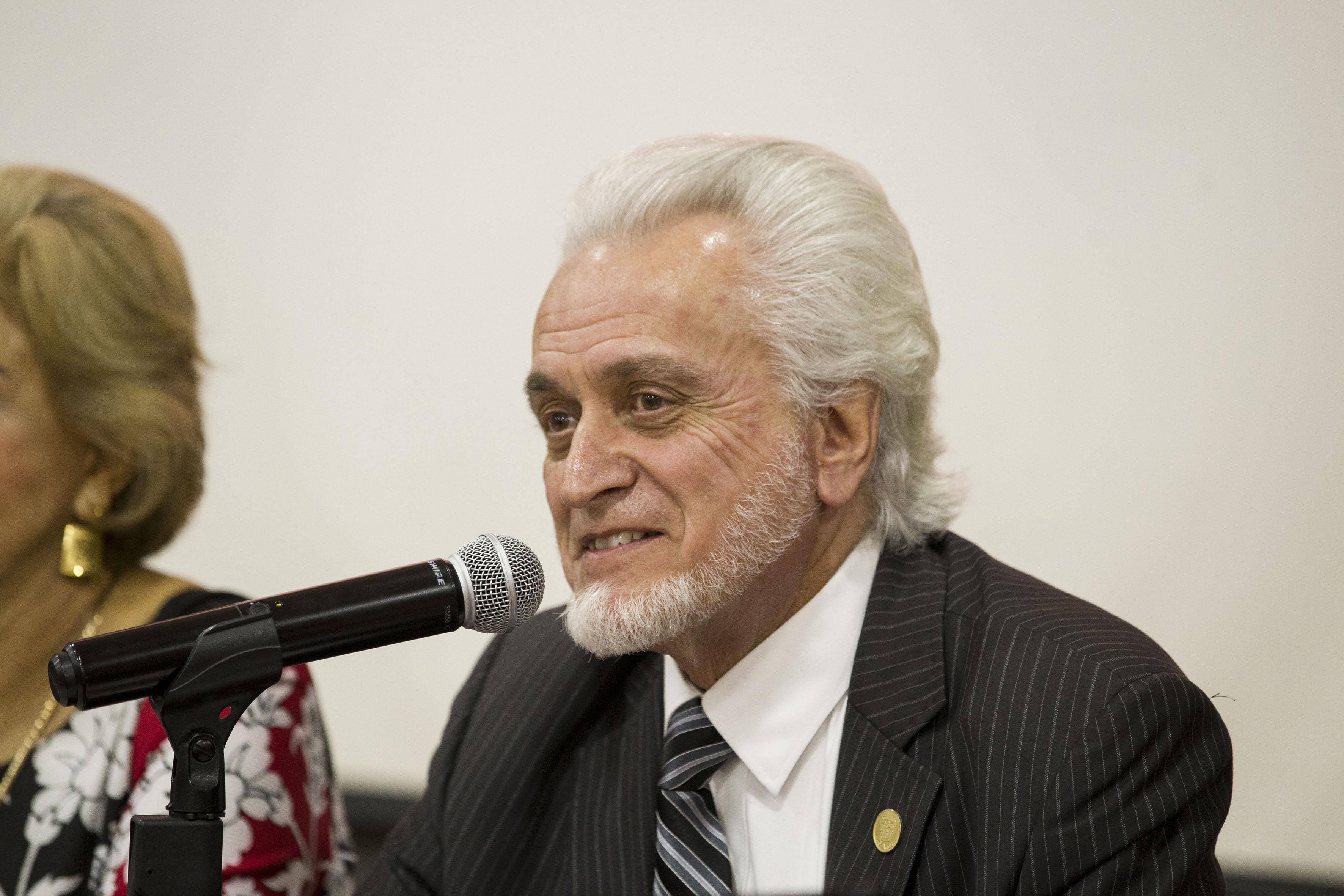 Director de la Preparatoria 5, maestro José Manuel Jurado Parres, haciendo uso de la palabra durante foro de discusión.