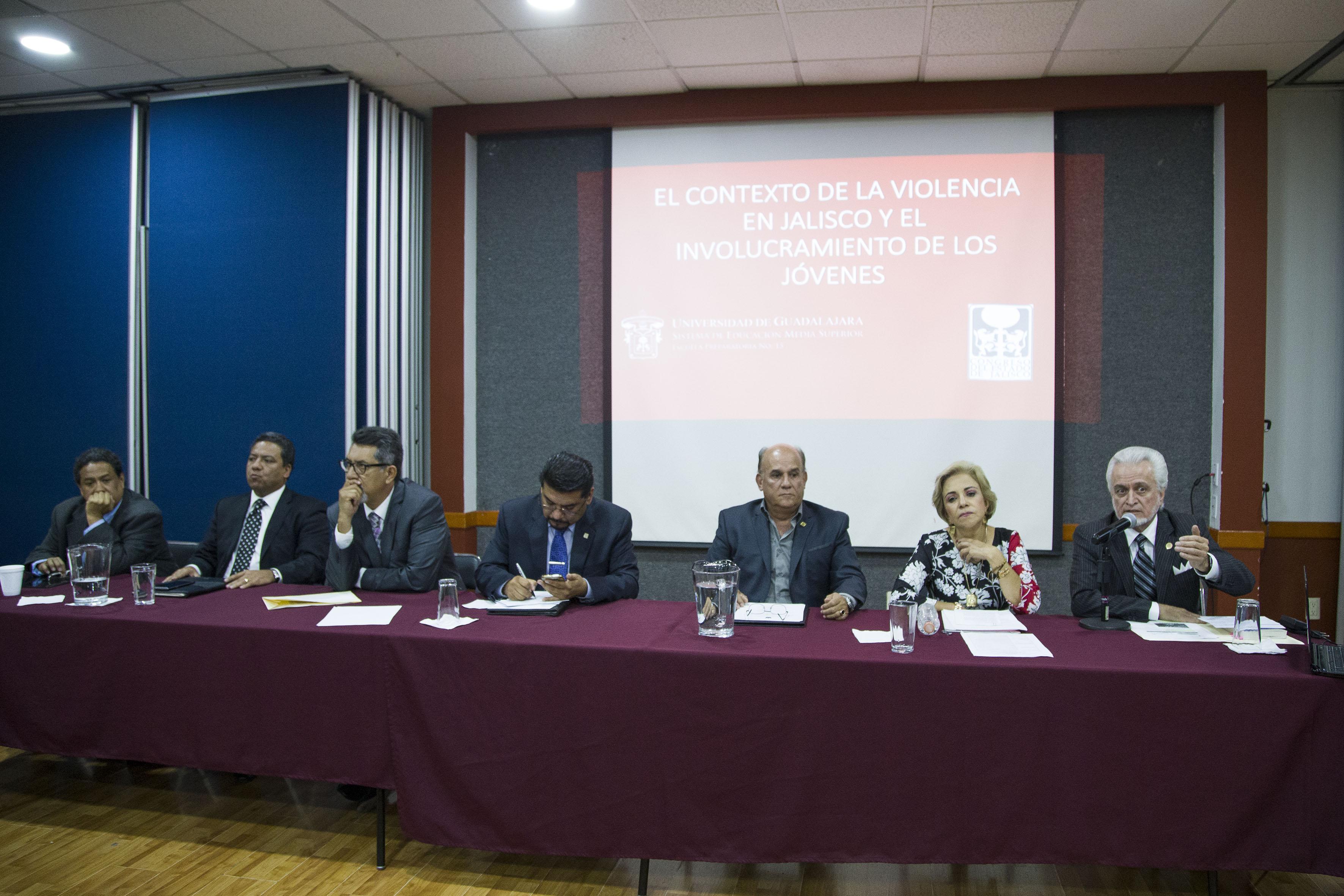 Directores de preparatorias de la UdeG compartiendo, en el Congreso del Estado, experiencias en sus planteles.