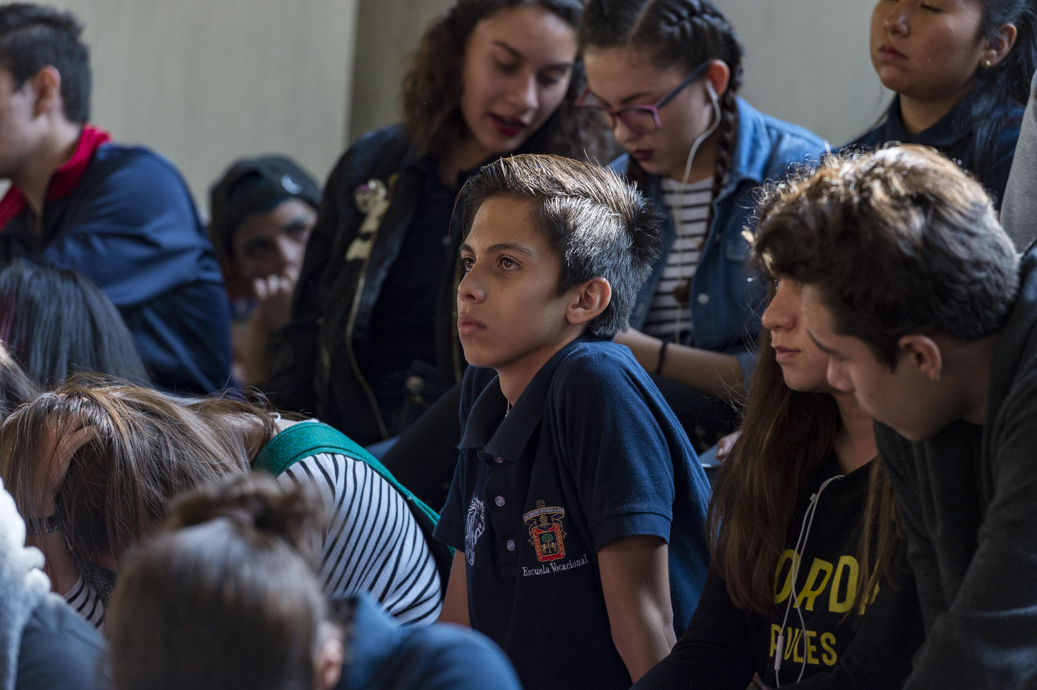 """Alumnos participando en el taller """"Cultura de denuncia y medidas de prevención urbana"""" en la Escuela Preparatoria Vocacional"""