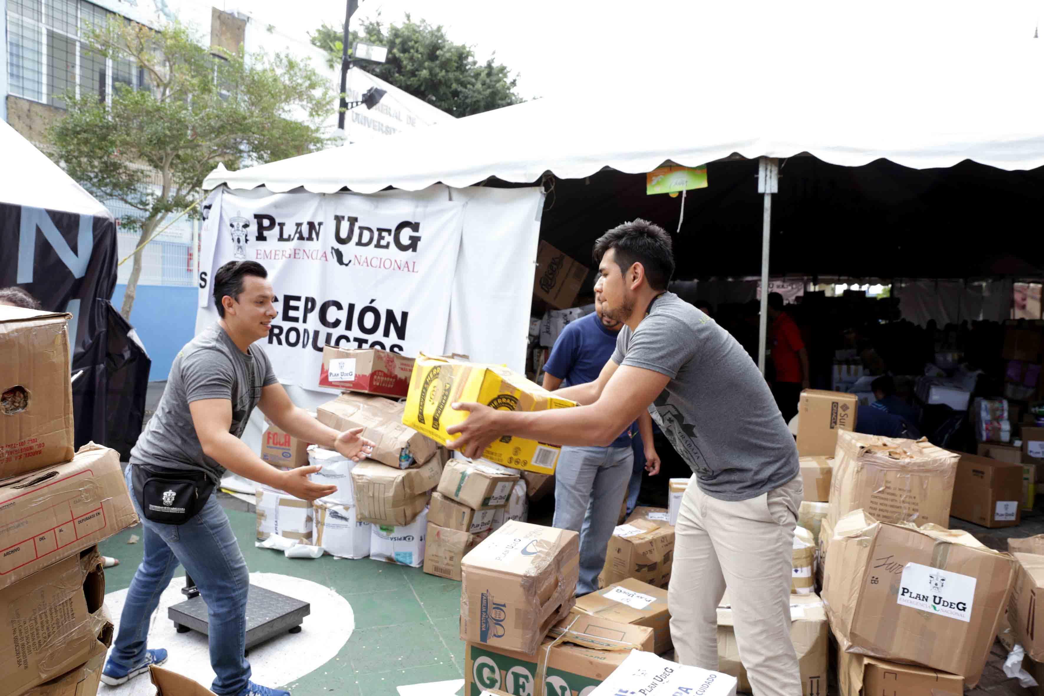 Voluntarios cargando cajas de víveres