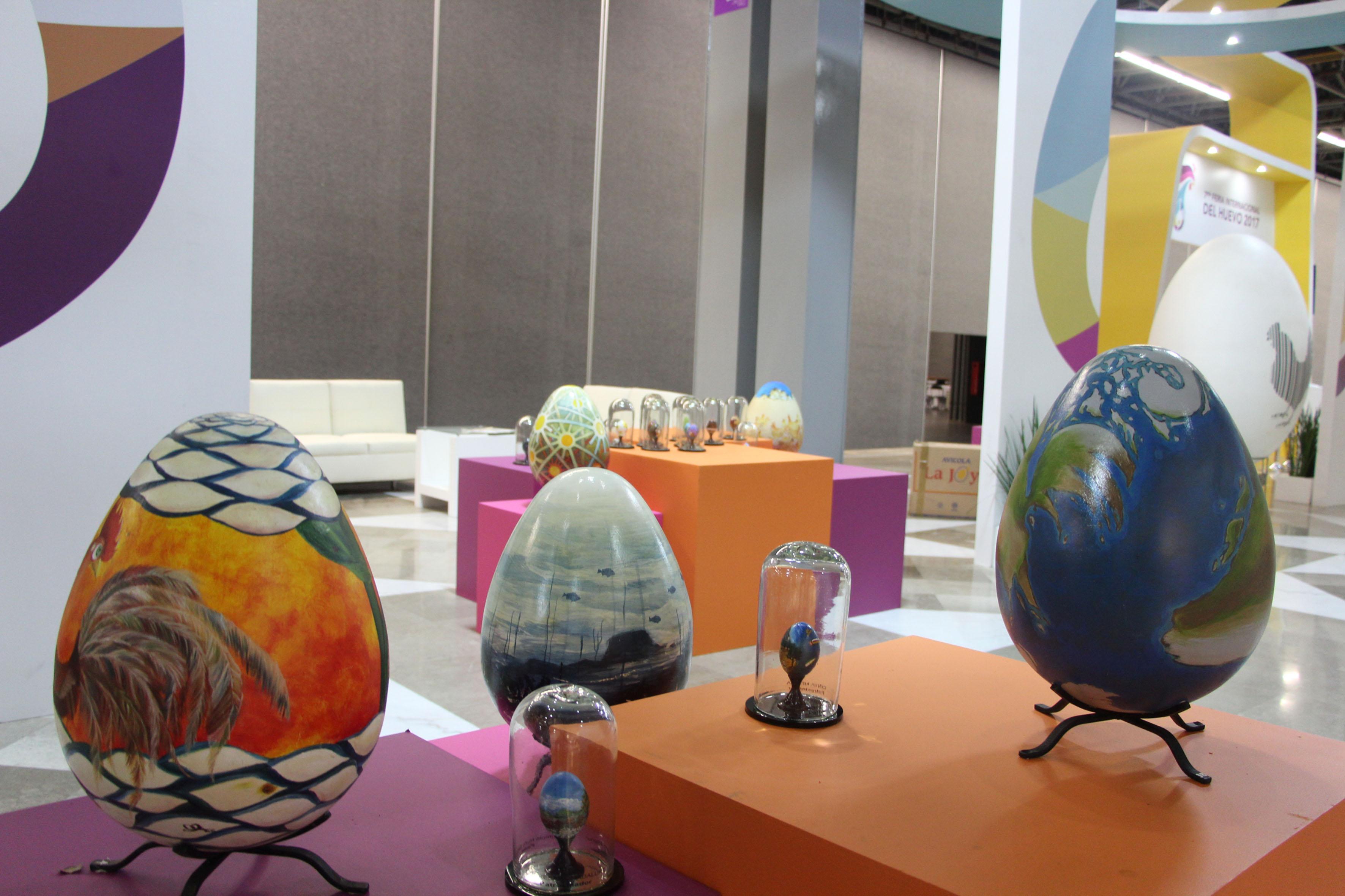 Pabellón de exihibición de las piezas artísticas plasmadas en huevos de diferentes dimensiones, expuestas en el XXV Congreso Latinoamericano de Avicultura, que tiene como sede la ciudad de Guadalajara, en Expo Guadalajara.
