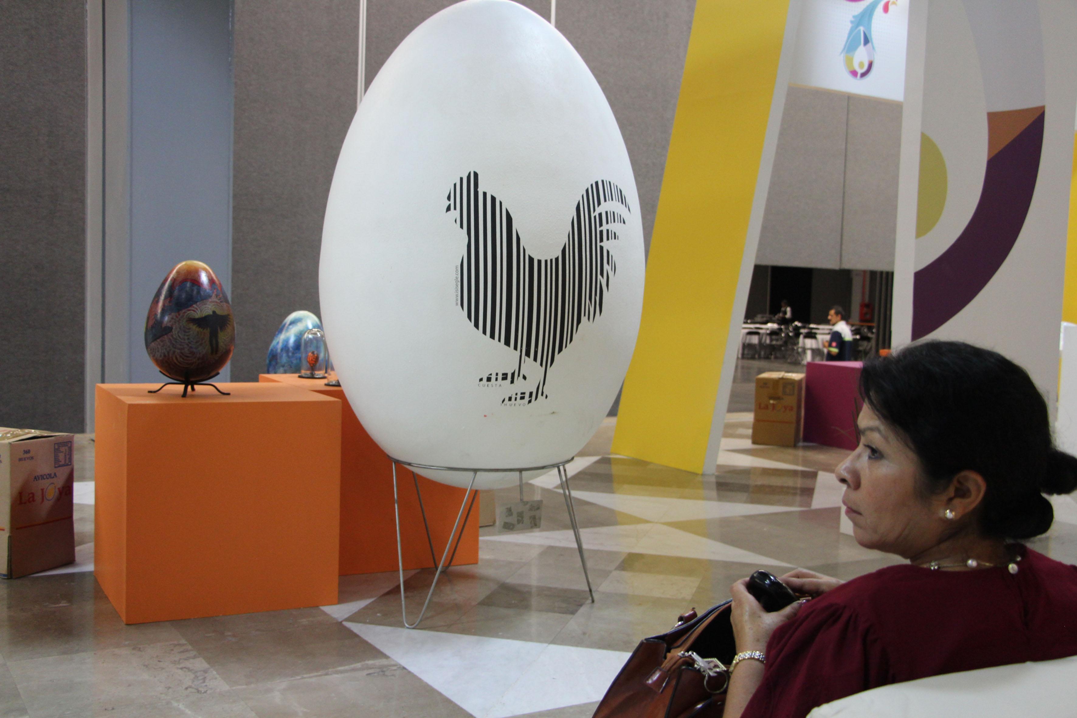 Gallo pintado como marca registrada, en un huevo gigante exhibido en el XXV Congreso Latinoamericano de Avicultura, que tiene como sede la ciudad de Guadalajara, en Expo Guadalajara.