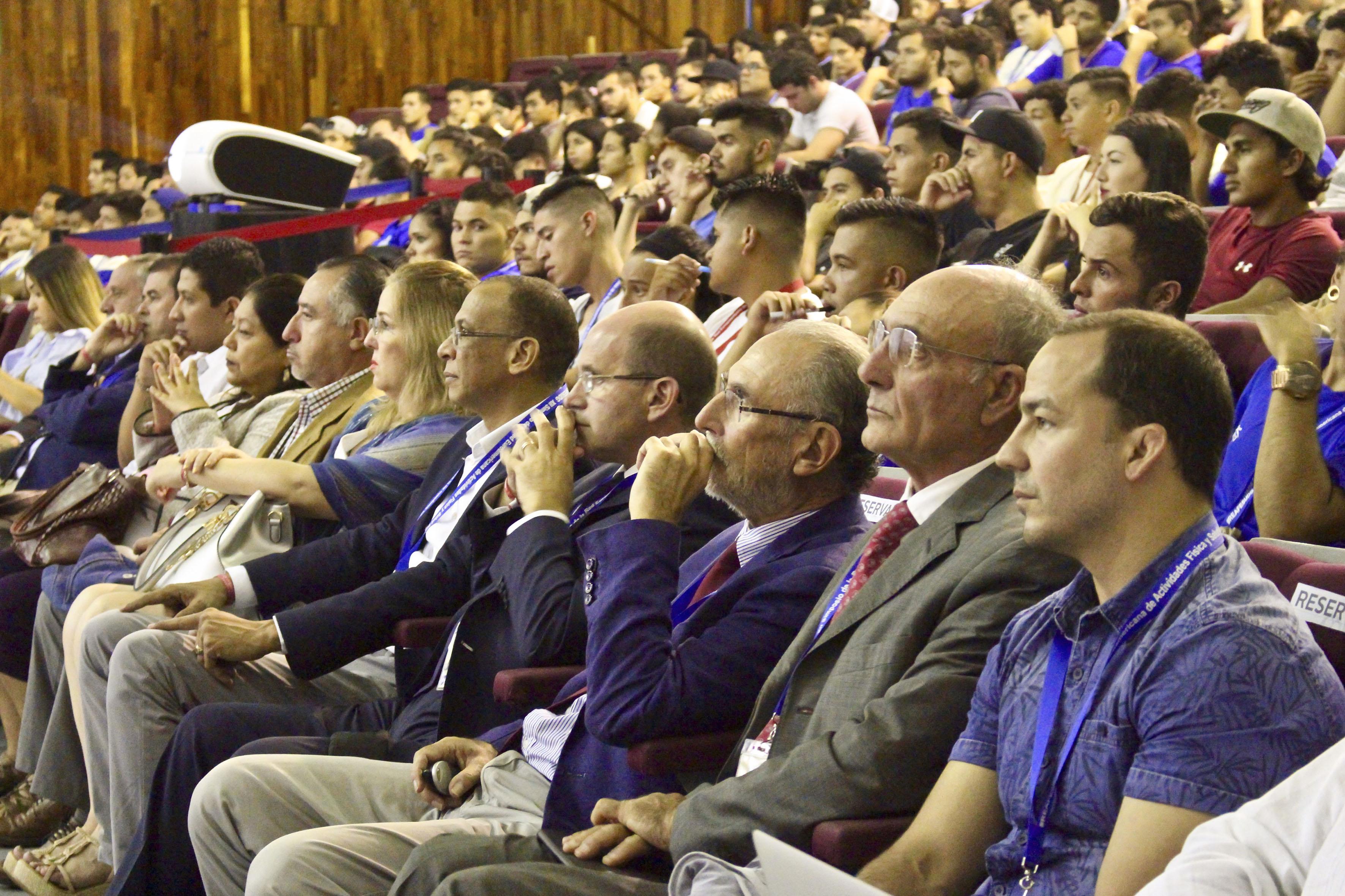 Profesionales y estudiantes de la cultura física, participando en la ceremonia de inauguración.