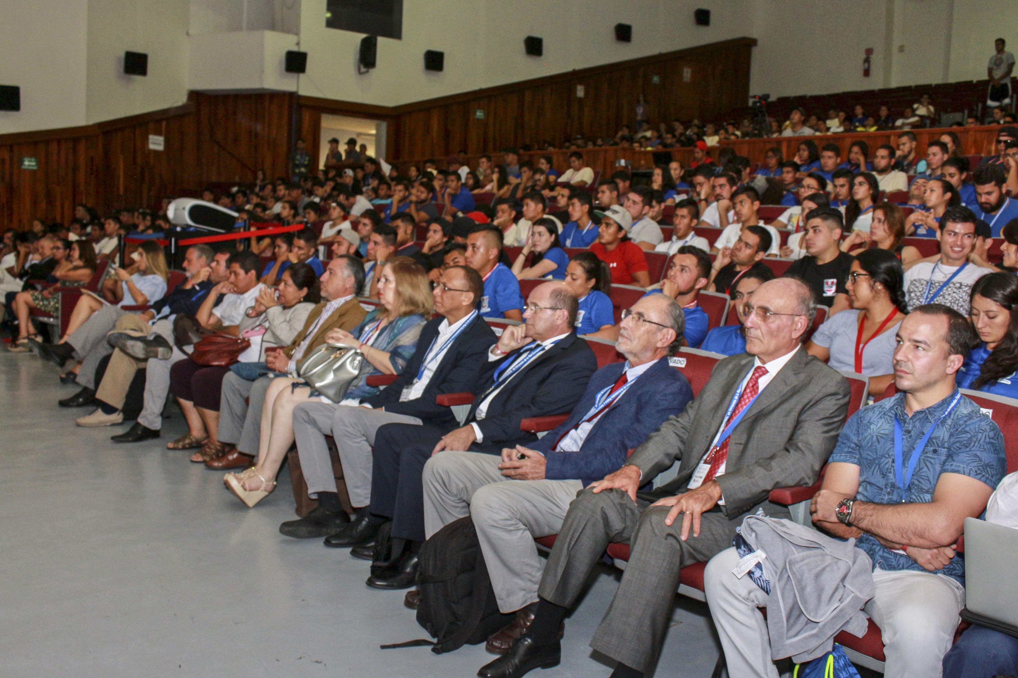 Autoridades del Centro Universitario de la Costa, profesionales y estudiantes de la cultura física, asistentes a la ceremonia.