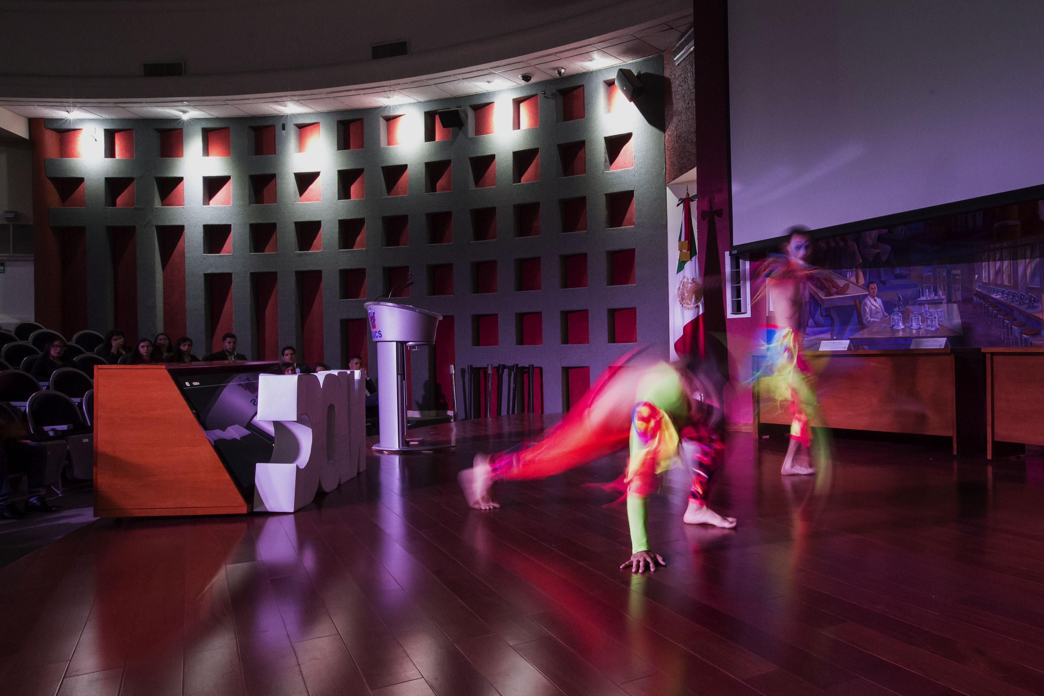 Artistas en escenario del Auditorio del CUCS, haciendo su actuación de arte en movimiento.