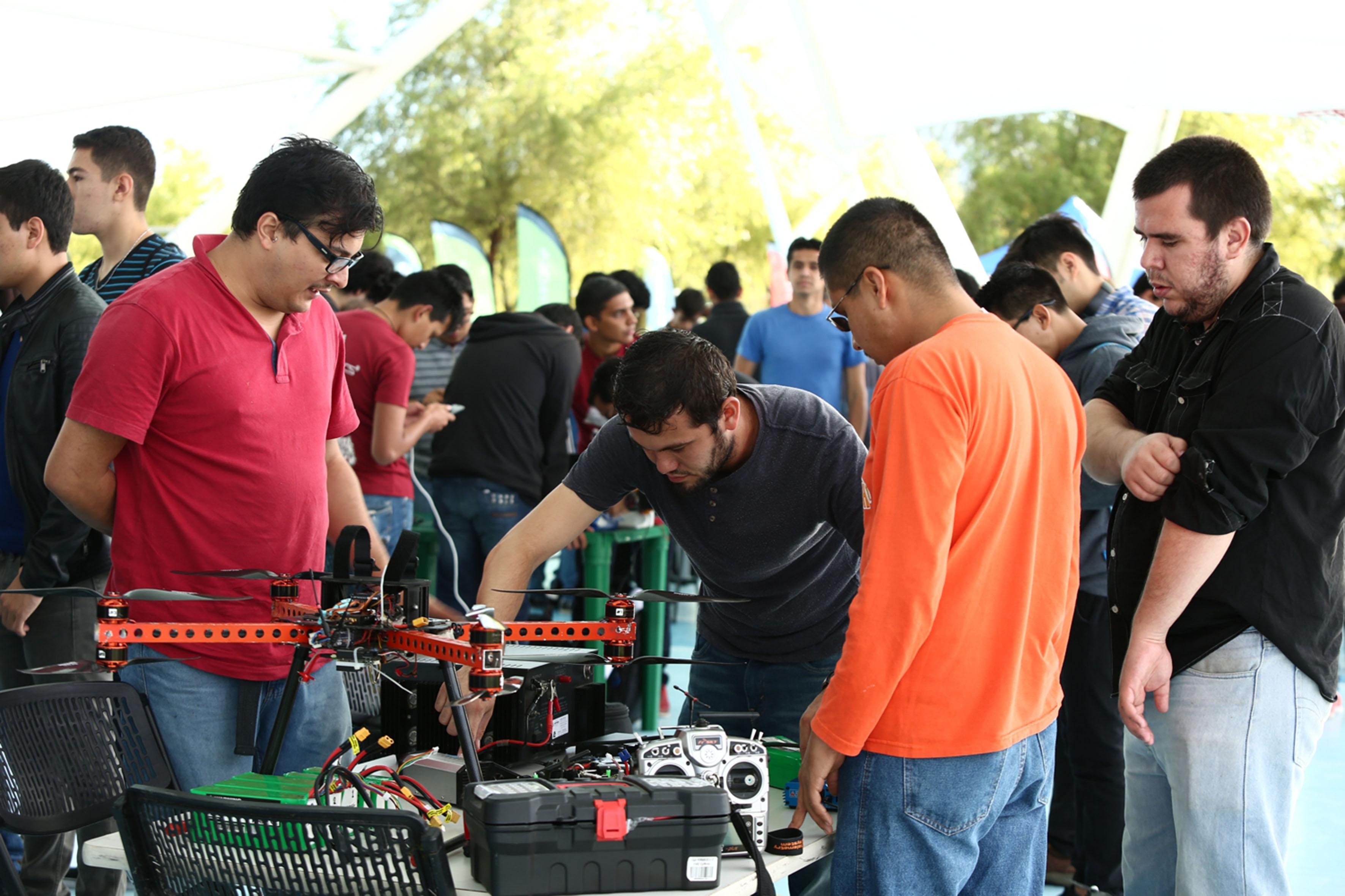 Estudiantes de ingeniería haciendo pruebas en sus equipos de drones.