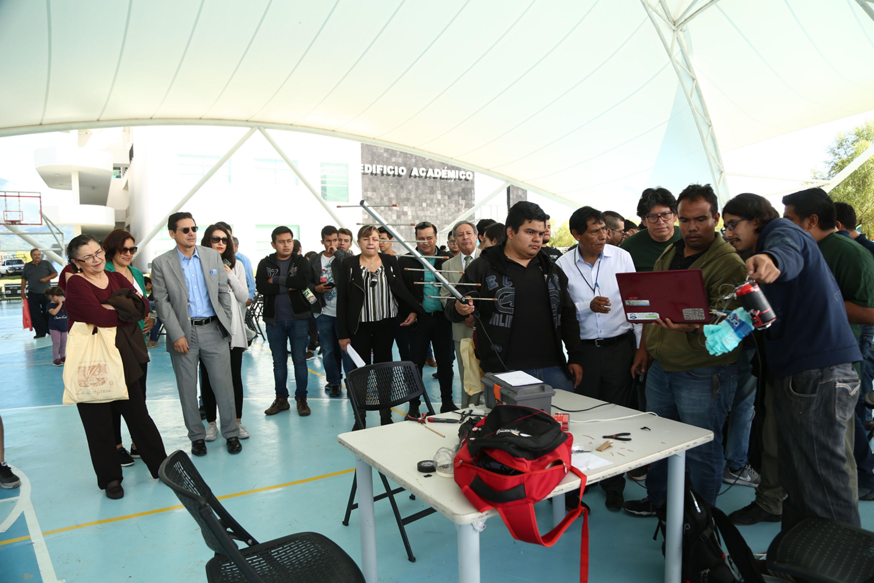 Estudiantes de ingenería, haciendo preparativos para lanzar su satélite en miniatura.