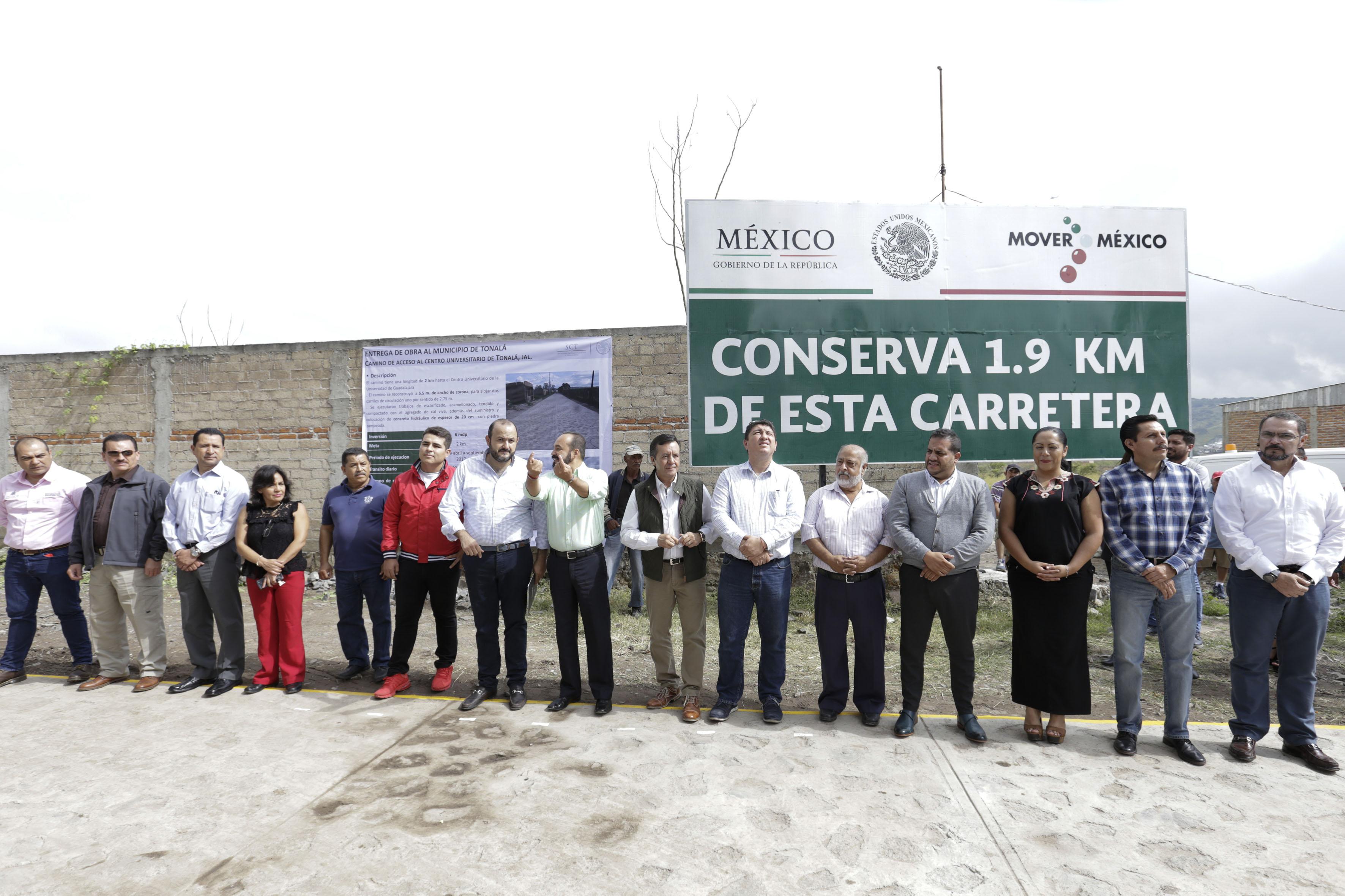 Autoridades universitarias, federales, estatales y municipales, participando en la ceremonia inaugural de la obra.