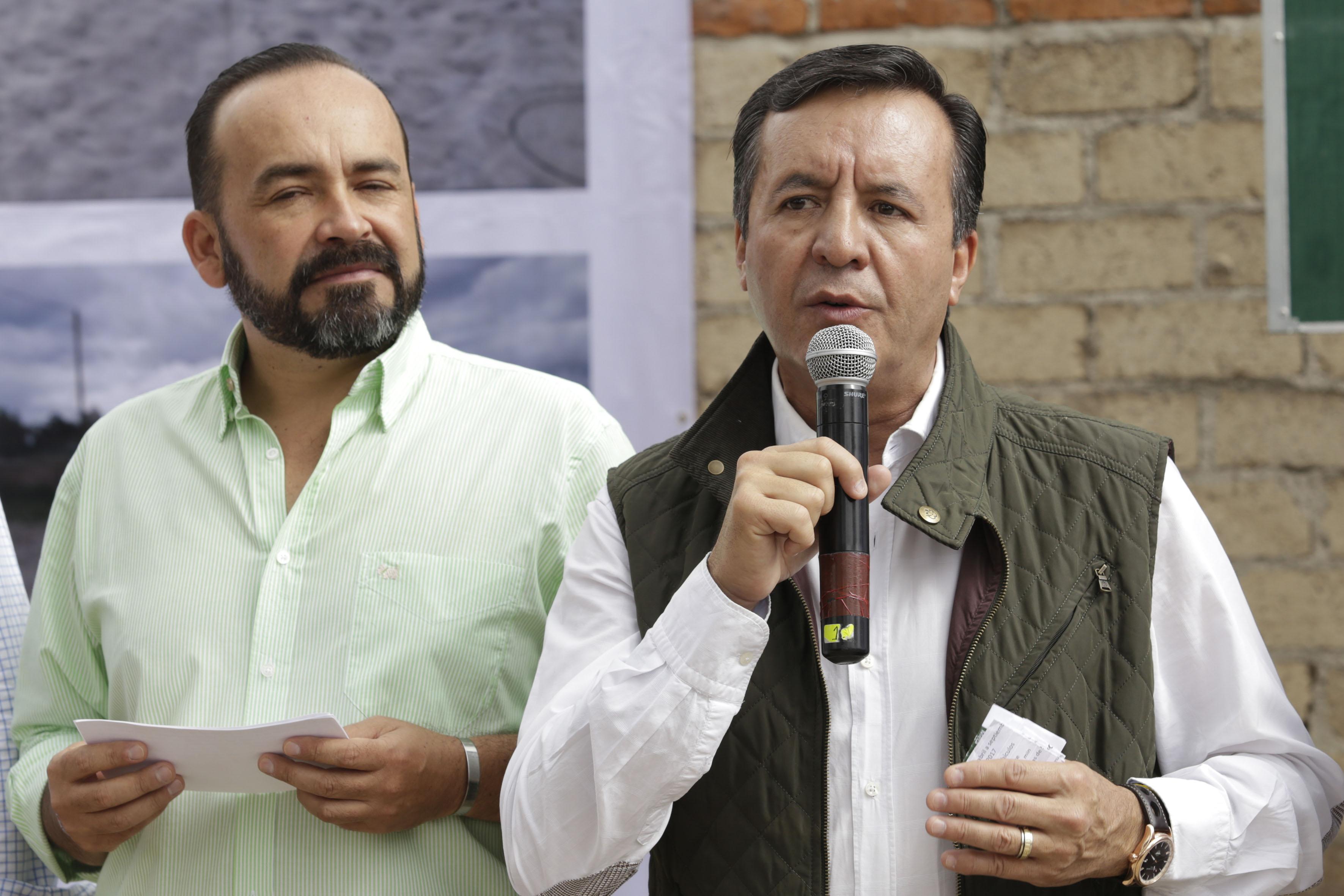 Ingeniero Salvador Fernández Anaya, delegado de la Secretaría de Comunicaciones y Transportes en Jalisco, con micrófono en mano, haciendo uso de la voz.