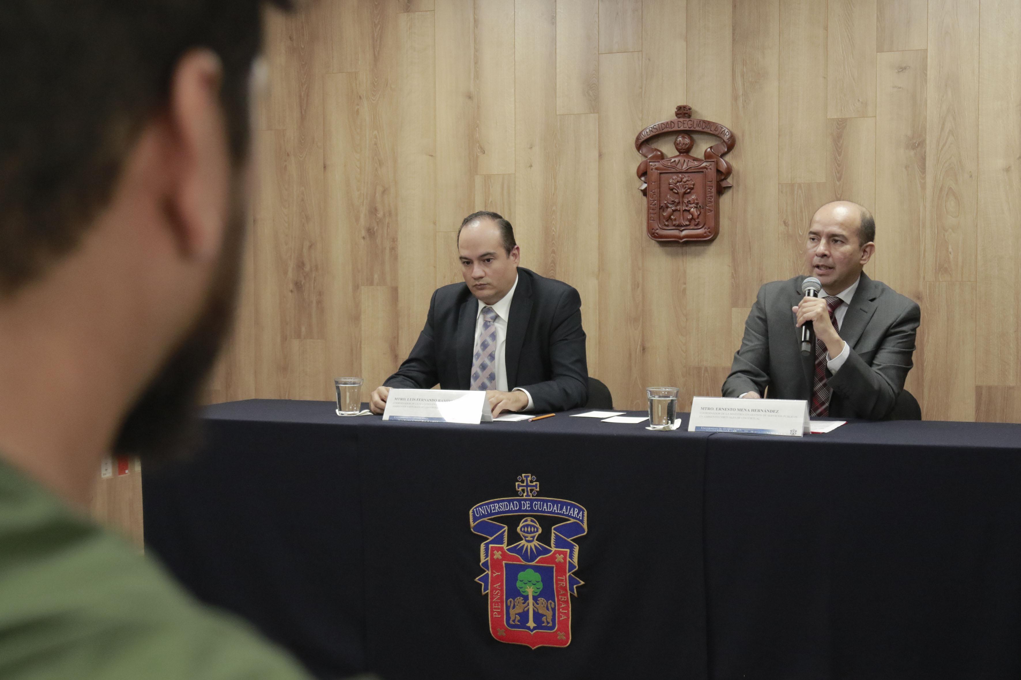 Coordinador de la maestría en Gestión de Servicios Públicos en Ambientes Virtuales, maestro Ernesto Mena Hernández, participando en rueda de prensa.