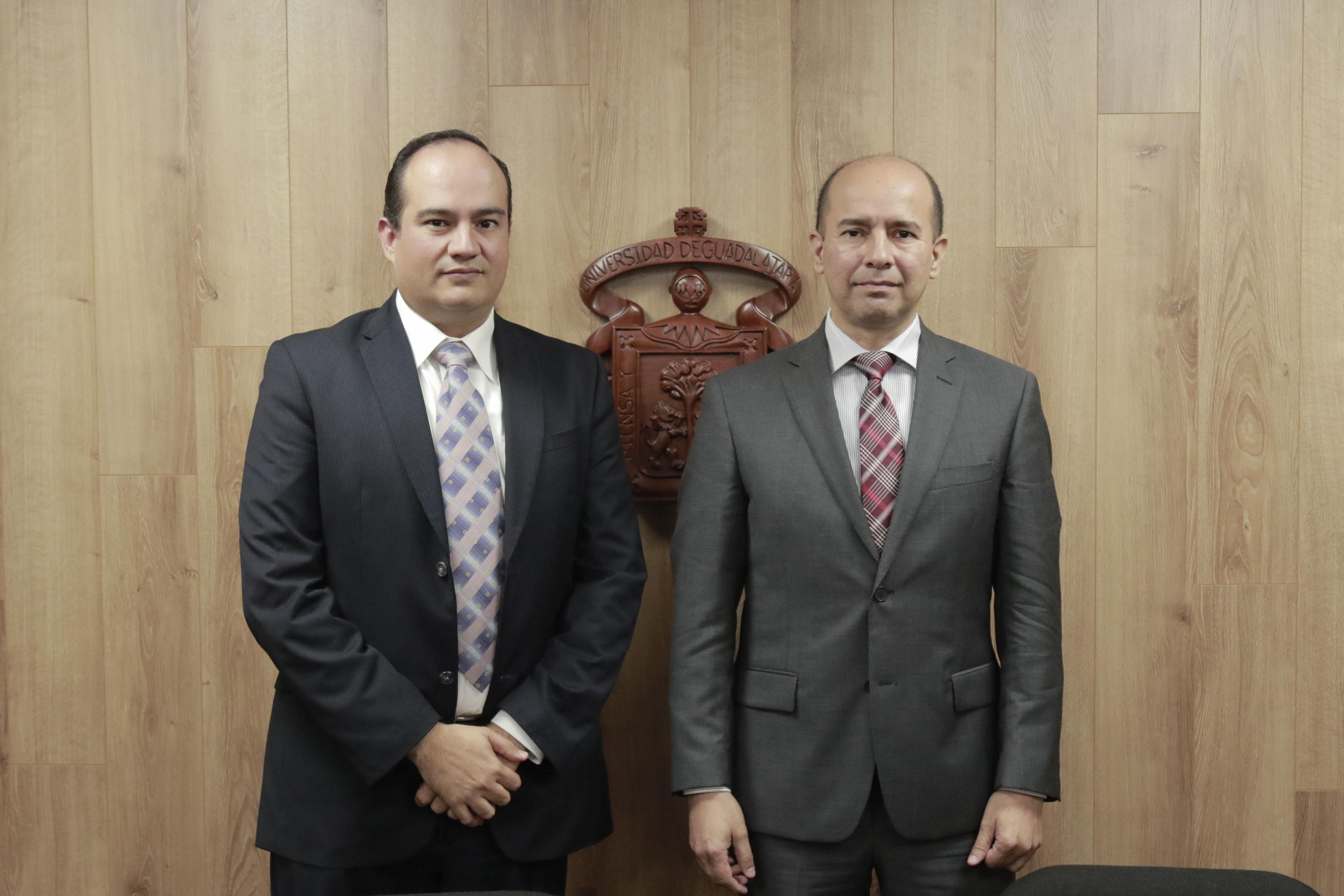 Maestro Luis Fernando Ramírez Anaya y maestro Ernesto Mena Hernández, académicos de UDGVirtual, participando en conferencia de prensa.