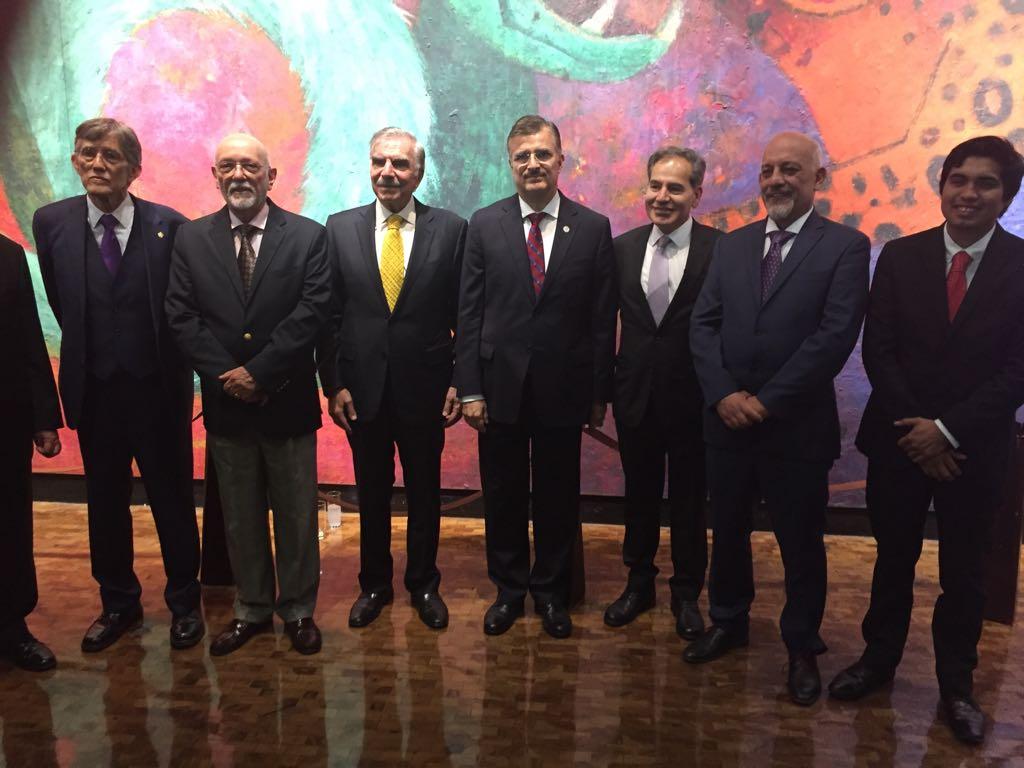 """Comité Editorial del diario Crónica y galardonados al  """"Premio Crónica 2017"""", participando en sesión fotográfica."""