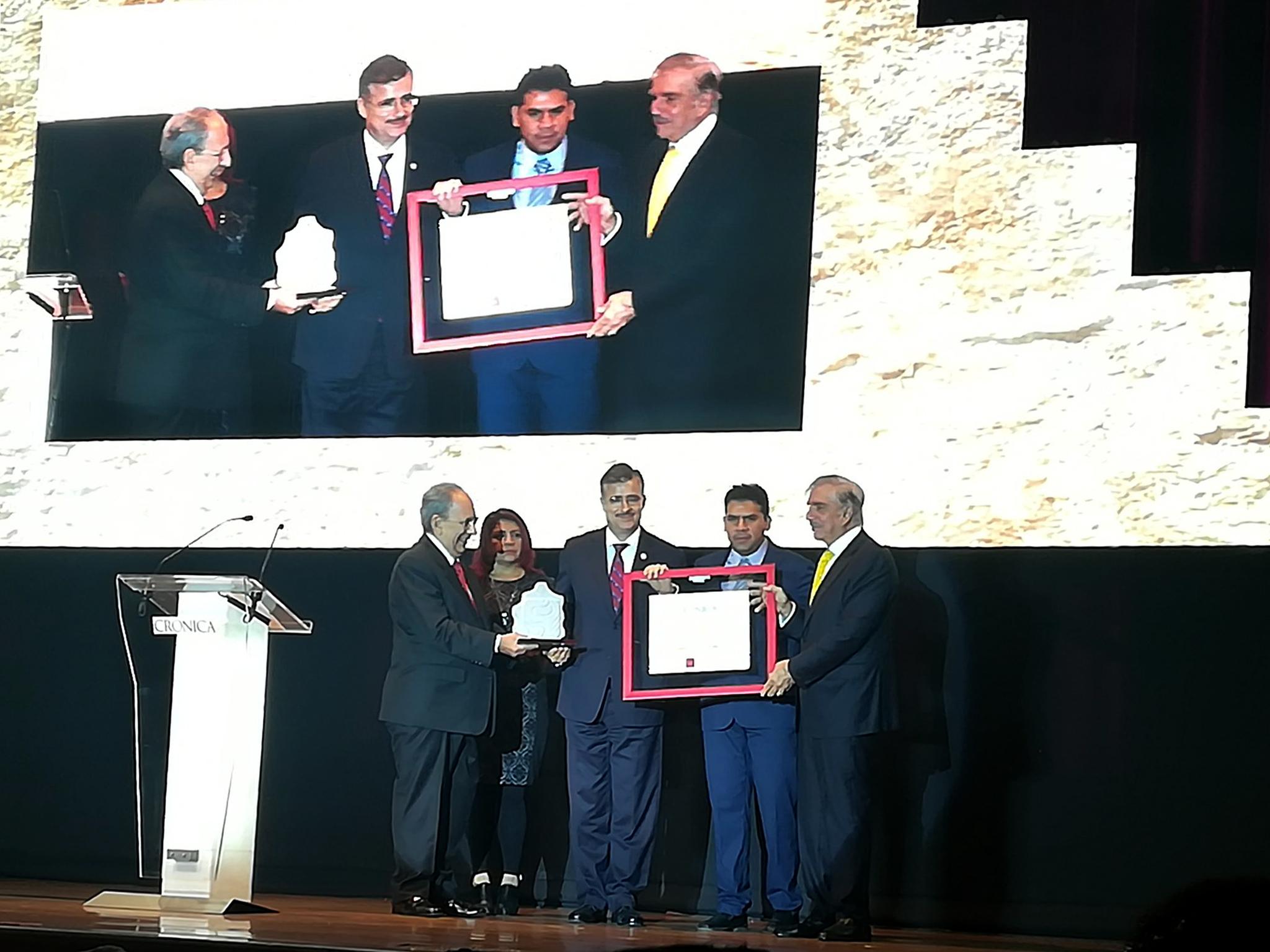"""Comité Editorial del diario Crónica, haciendo entrega del """"Premio Crónica 2017"""" al Rector General de la Universidad de Guadalajara."""