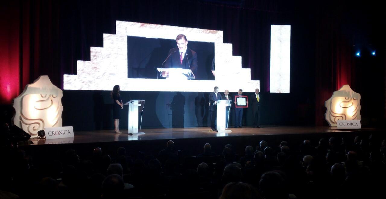 """Maestro Itzcóatl Tonatiuh Bravo Padilla, Rector General de la Universidad de Guadalajara, recibiendo el """"Premio Crónica 2017"""", en las instalaciones del Museo Nacional de Antropología de la Ciudad de México"""
