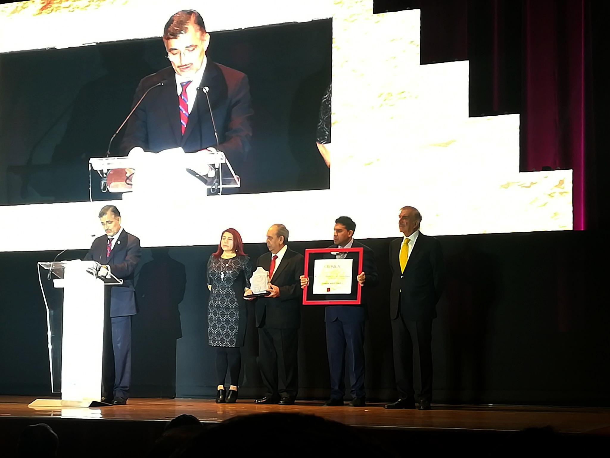 Maestro Itzcóatl Tonatiuh Bravo Padilla, Rector General de la Universidad de Guadalajara, participando en la ceremonia de premiación.