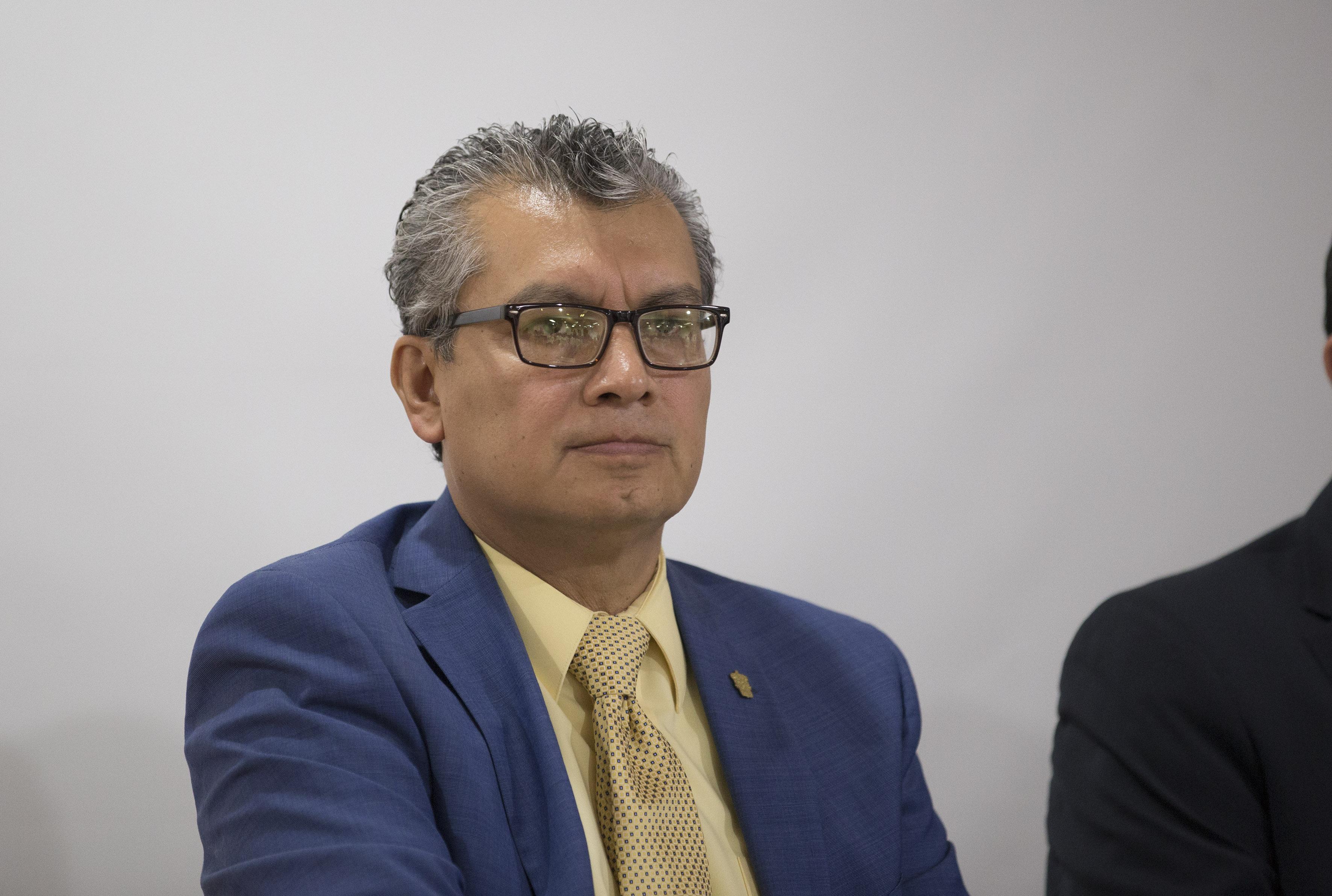 Dr. Ricardo Corona Alfaro participando en rueda de prensa