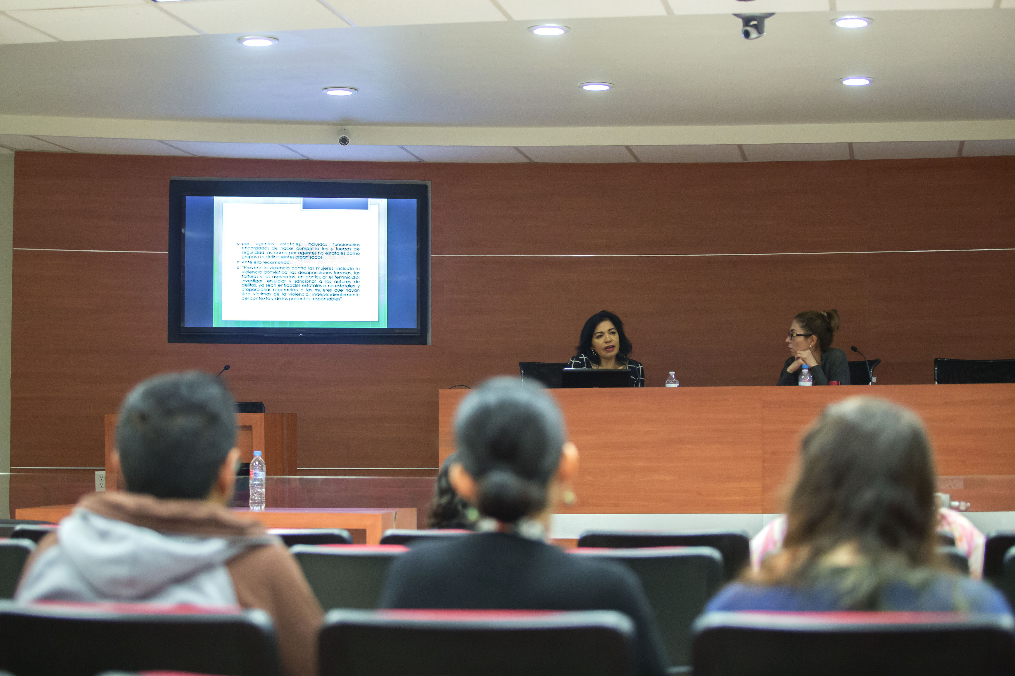 Dra. María Carmela Chávez Galindo haciendo uso de la palabra