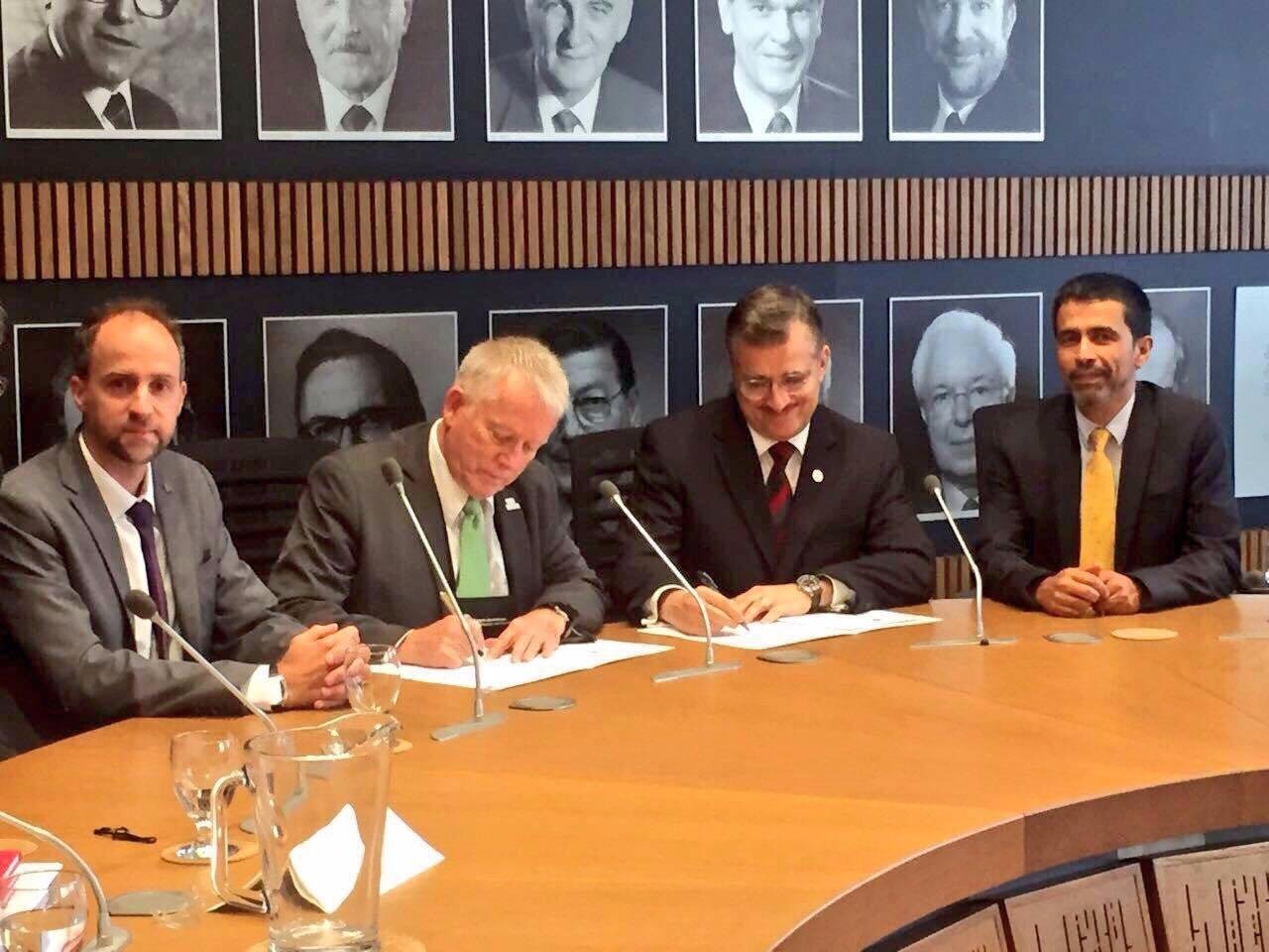 Mtro.  Itzcóatl Tonatiuh Bravo Padilla firmando un acuerdo entre la UdeG y el Programa del Colegio de las Américas (Colam)
