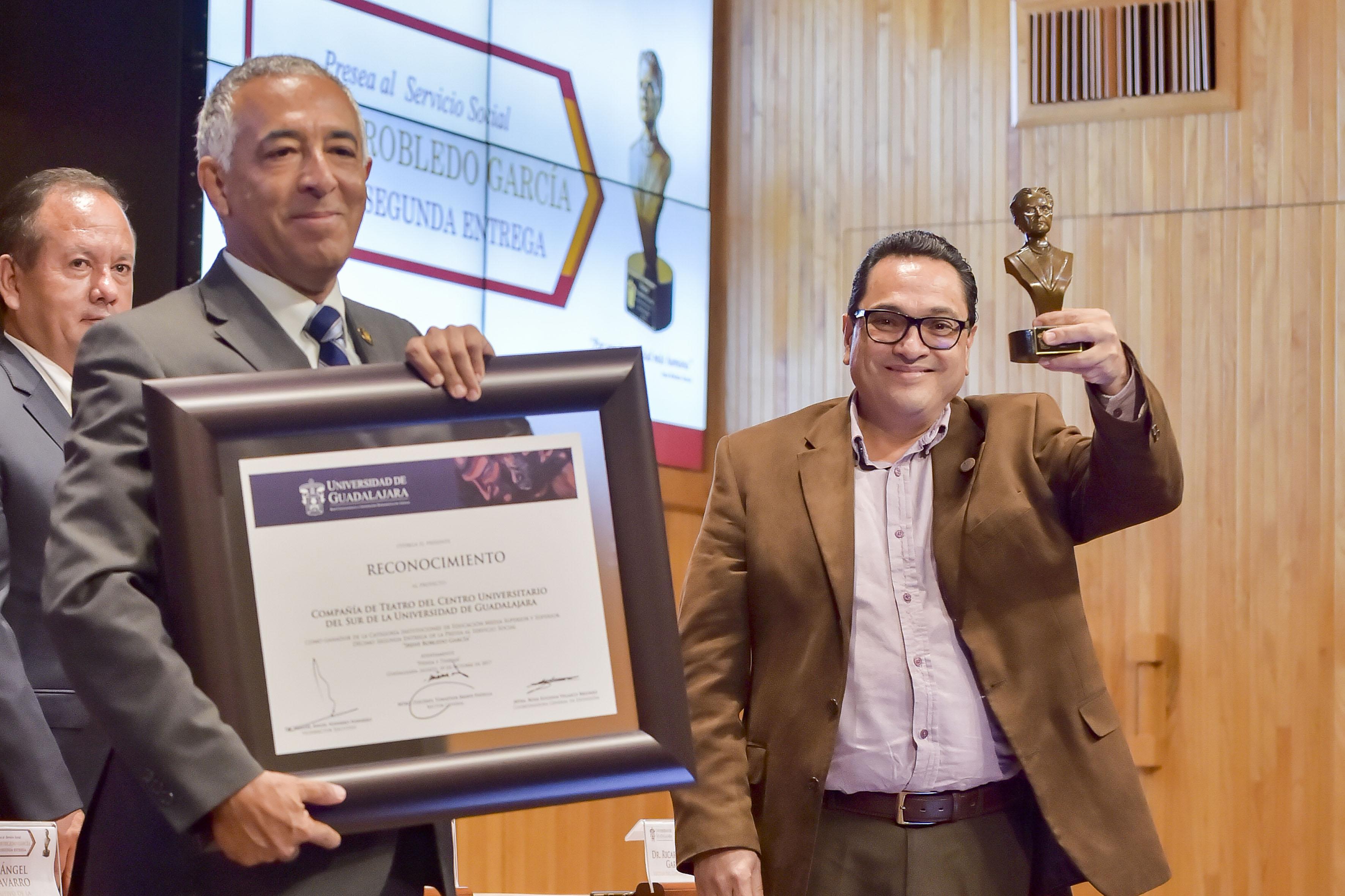 Dr. Ricardo Xicoténcatl García Cauzor, haciendo entrega de la presean Irene Robledo